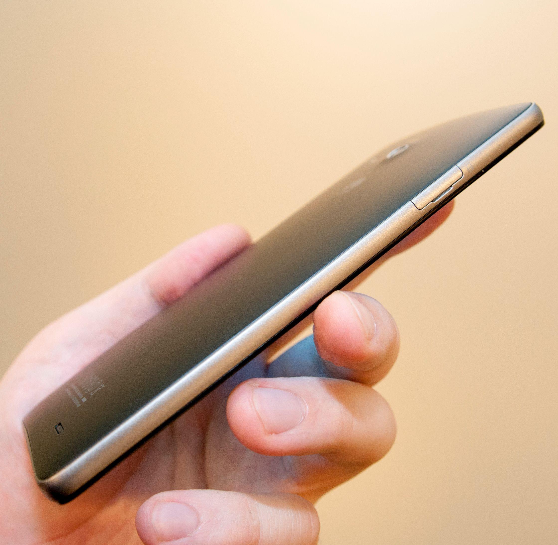 Det er ikke mulig å ta av bakdekselet på Ascend Mate. SIM-kortet settes inn på siden.Foto: Finn Jarle Kvalheim, Amobil.no
