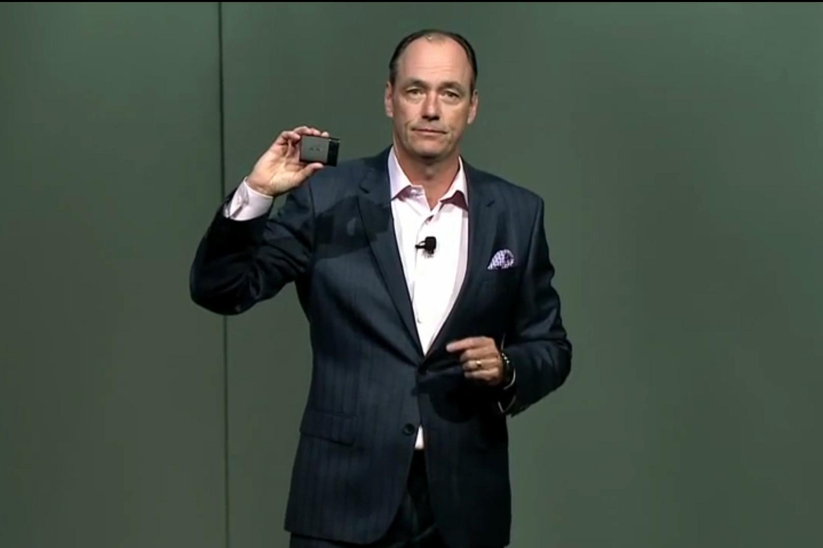 Tim Baxter med Samsungs SSD T1. (Foto: Samsung/YouTube)