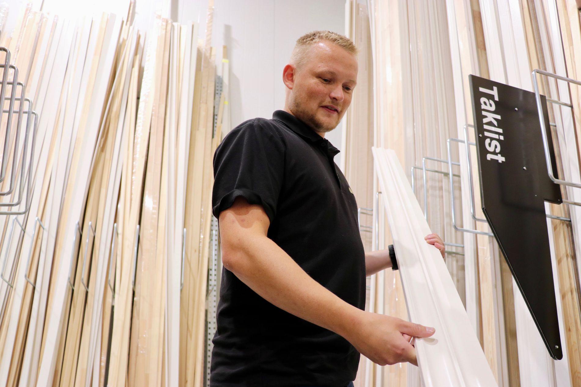Butikkansvarlig Tor Henning Erdal er en av spesialistene på lister hos Montér i Åsane. De fleste listene er laget av furu fra Norge, Sverige eller Latvia.