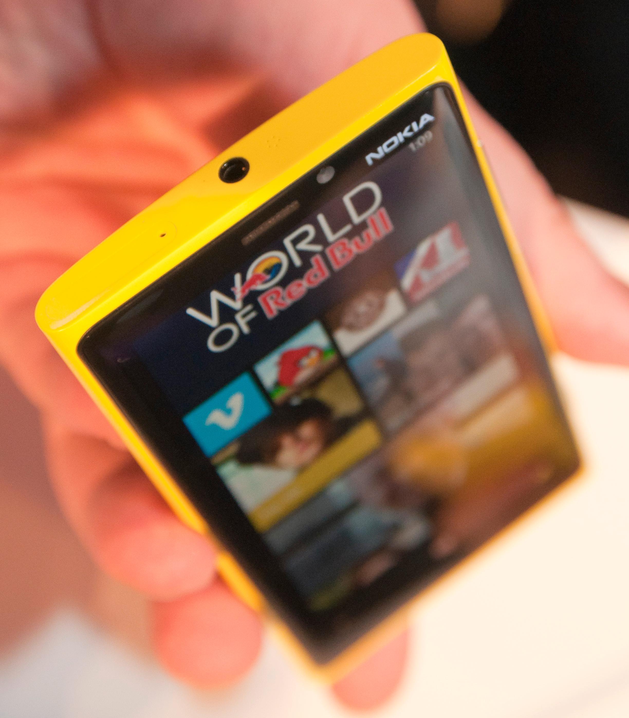 Hodetelefonutgangen sitter på toppen av telefonen. Såvidt synlig er også luken for SIM-kortet.