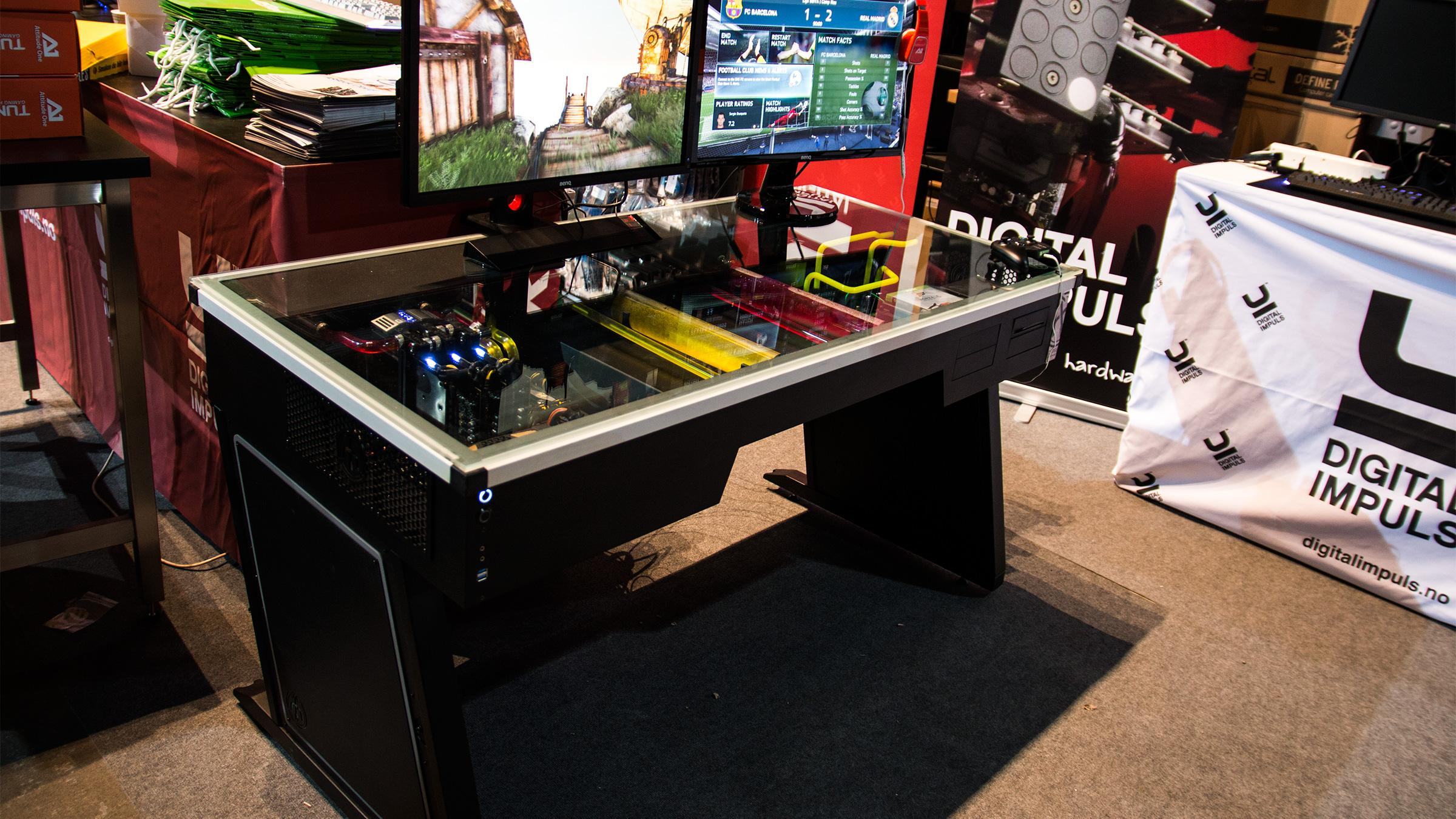 Digital Impuls har også snekret sammen et rent uhyre av en datamaskin, som de viser frem på sin stand.Foto: Varg Aamo, Hardware.no