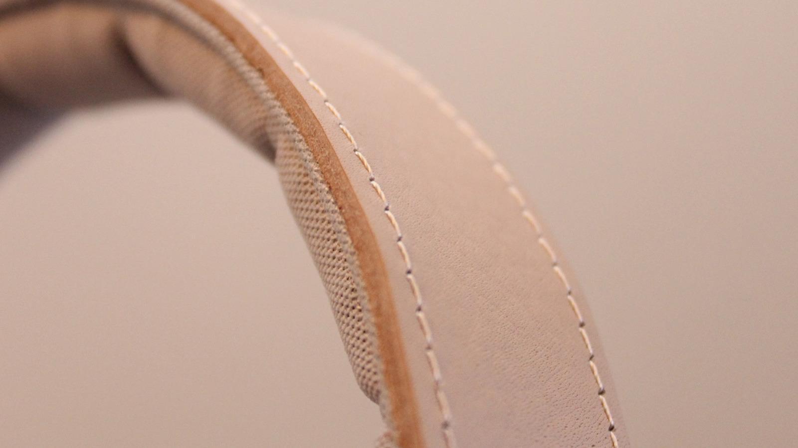 Bøylen er enkel men både pen og funksjonell. Når du har tafset nok på kuskinnet får hodetelefonene patina. Foto: Espen Irwing Swang, Tek.no
