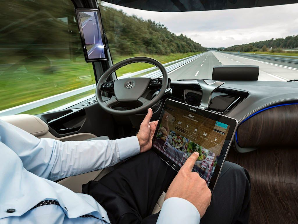 Motorveikjøring vil etter hvert gjøre seg selv. Foto: Daimler AG