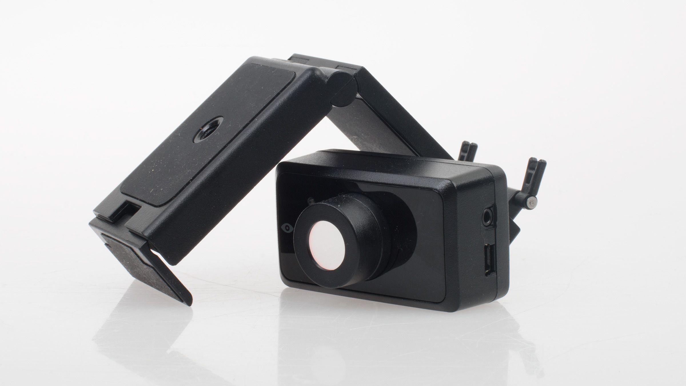 Kameraet er ment å plasseres oppå skjermen, eller på et bord foran brukeren. Det lille stativet kan tilpasses til de fleste bruksområder, og selve kameramodulen kan også tas av dette. Legg også merke til de to inngangene på siden – disse skal vi komme tilbake til om litt.Foto: Varg Aamo, Tek.no