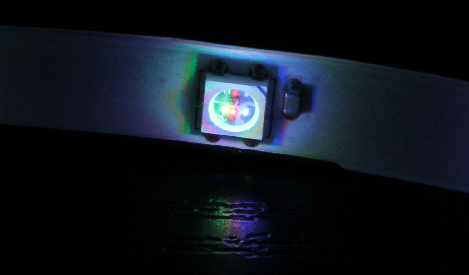 På mange LED-remser er det lett å se at de enkelte LED-brikkene har flere dioder.