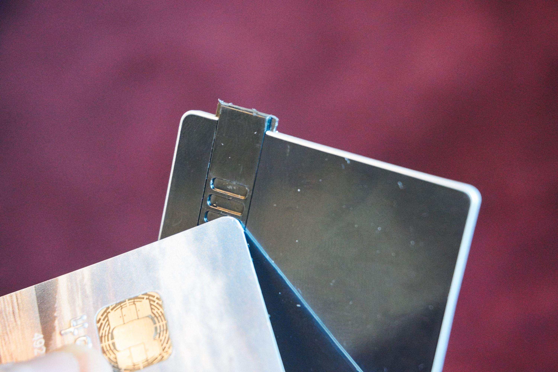 USB-utgangen kan være litt vanskelig å få ut, så en spiss gjenstand kan avhjelpe strevet noe.