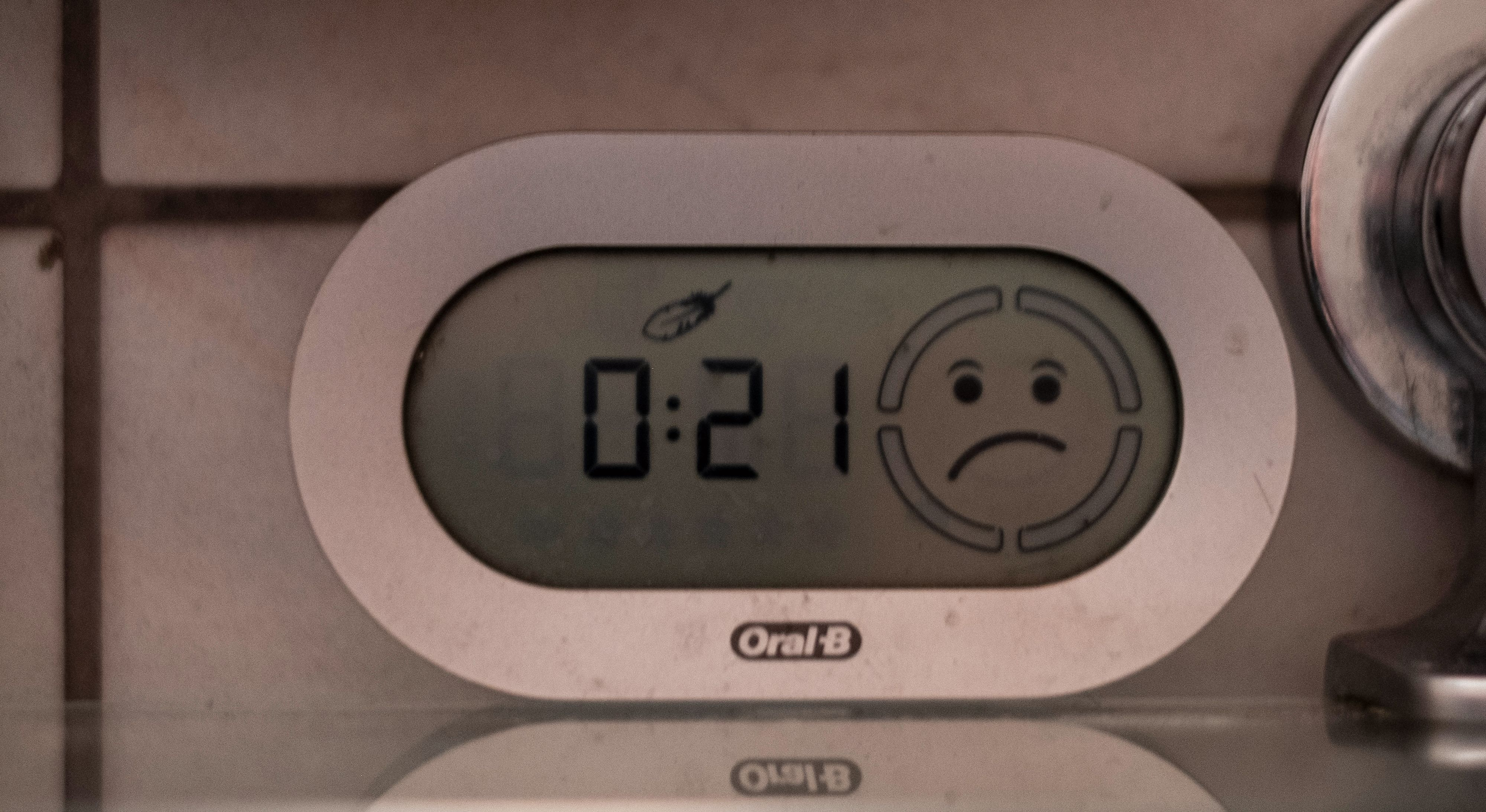 Det gamle Smart Guide-displayet som dukket opp for flere generasjoner Oral B siden har fungert med alle nyere børster frem til iO. Slik ser det ut når den varsler om at du pusser for hart med en Genius-børste «tilkoblet» - den viser strengt tatt info for alle børster den er i nærheten av, men bruker en liten tid på å begynne å virke med en ny.