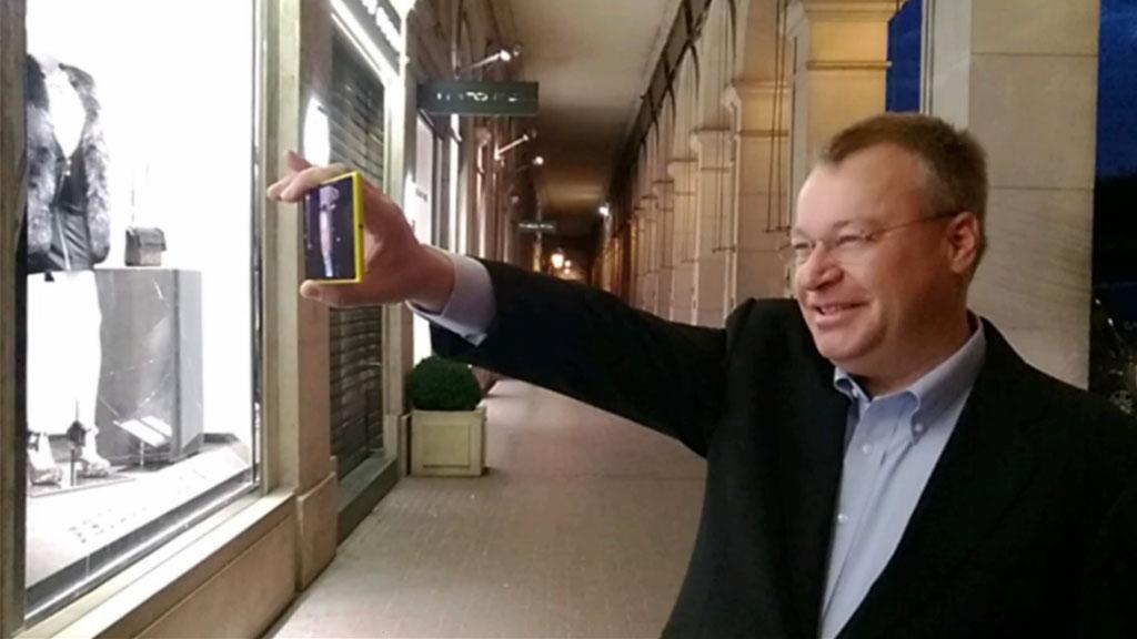Stephen Elop tester ut Storyteller på sin nye Lumia 1520.Foto: Nokia