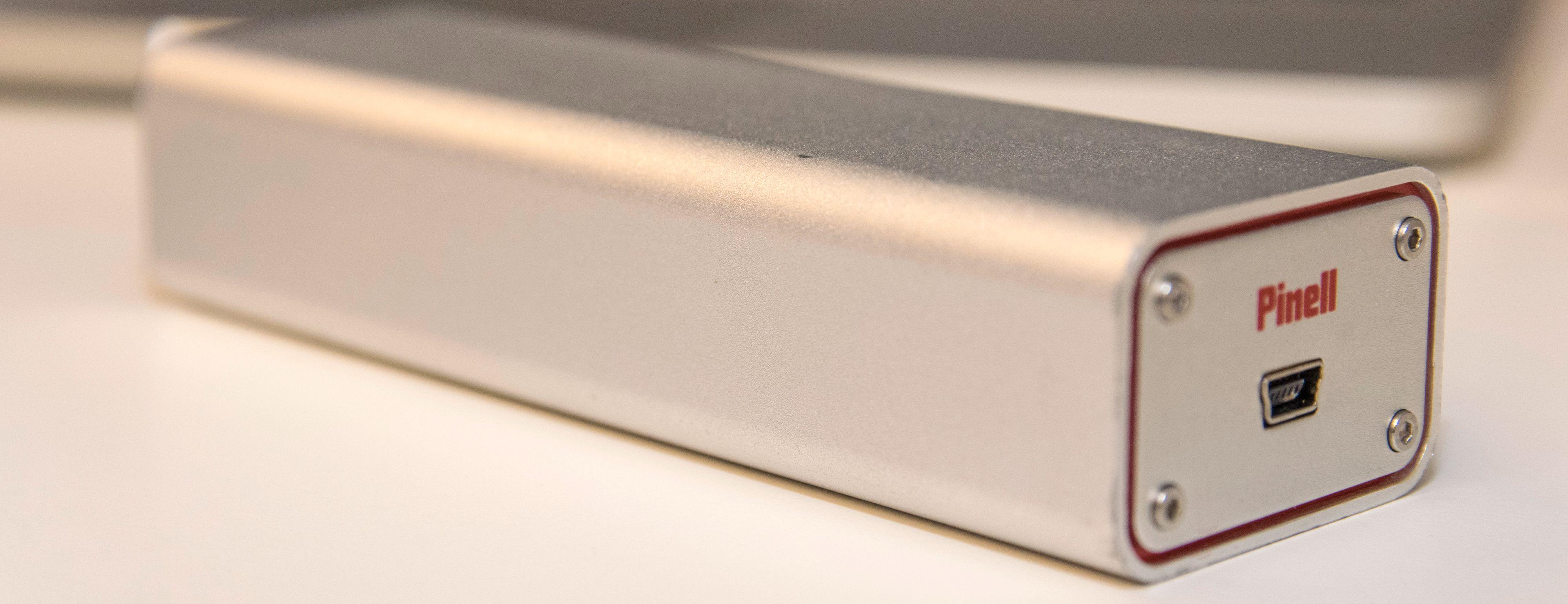 Pinell DAC Mini2 er en utmerket liten tass som spiller bedre enn mange innebygde lydkort, og i dag fås kjøpt for rundt 600 kroner. Det er likevel godt hørbar forskjell på lydkvaliteten fra denne til Henry Audios nye modell. Foto: Finn Jarle Kvalheim, Tek.no