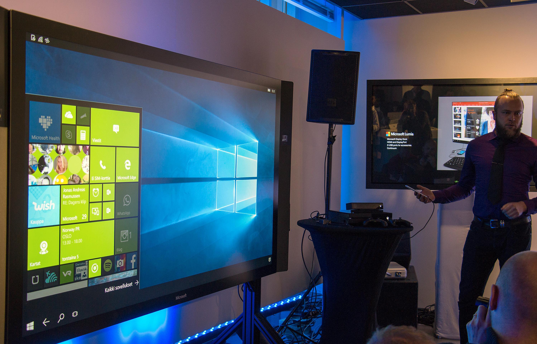 Her brukes Windows 10 på den store skjermen til venstre, levert fra en Lumia 950-mobil. Foto: Kurt Lekanger, Tek.no
