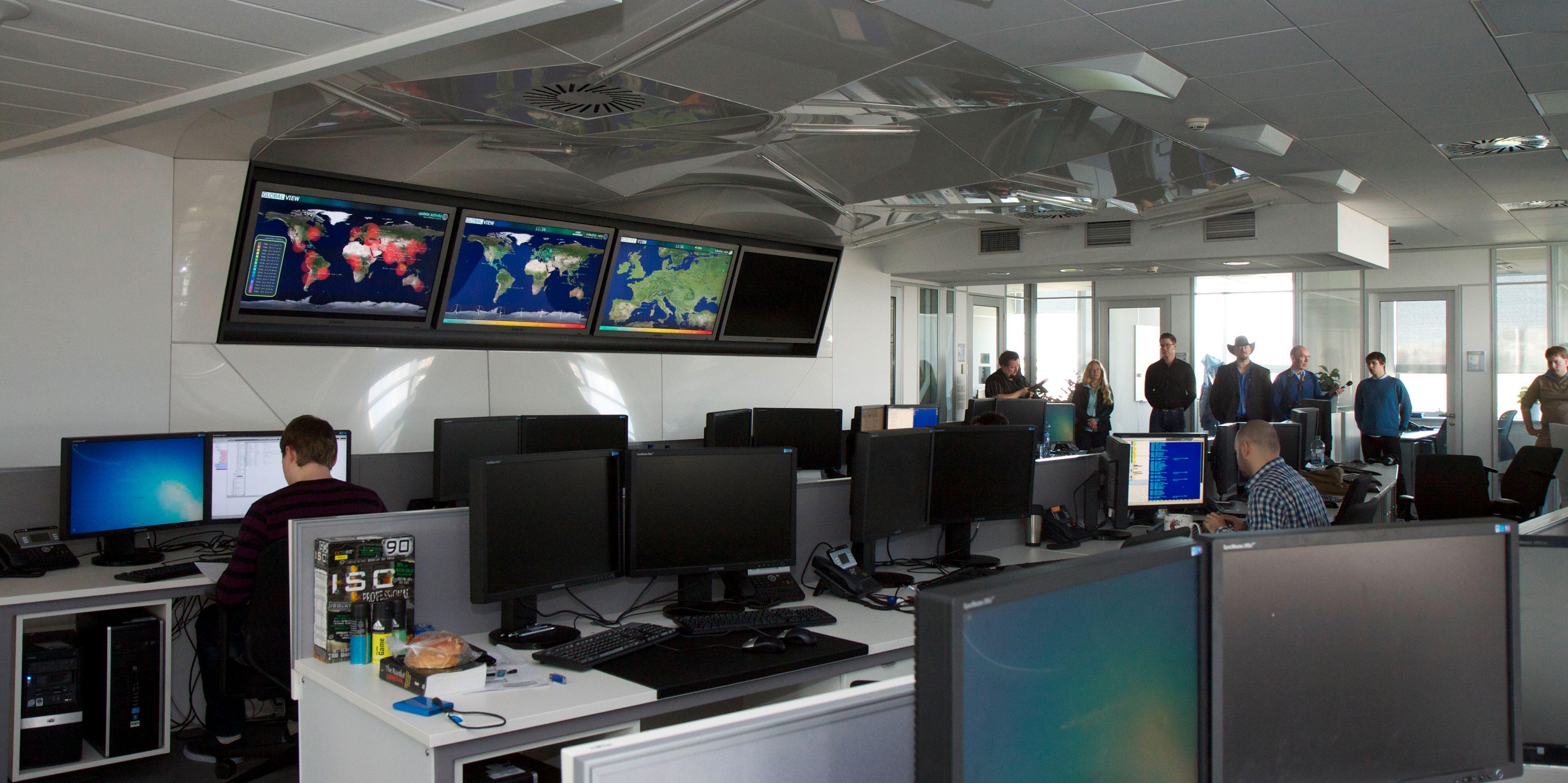Her ved ESETs viruslab i Bratislava mottas rundt 200.000 nye varianter av ondsinnet programvare hver dag. Det meste analyseres automatisk ved hjelp av datamaskiner, men av og til må ESETs spesialister undersøke den skadelige koden manuelt for å finne ut hvordan den fungerer. (Foto: Kurt Lekanger)