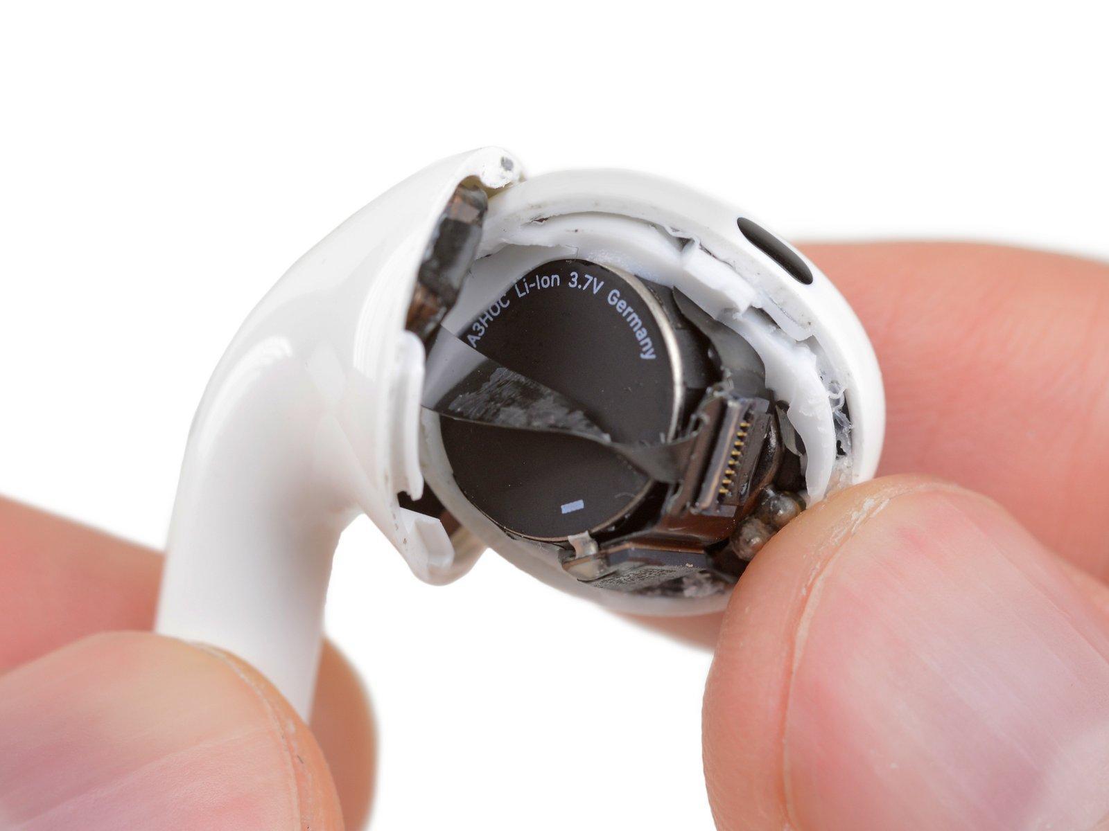 På innsiden oppdaget iFixit at Apple bruker et tradisjonelt knappebatteri.