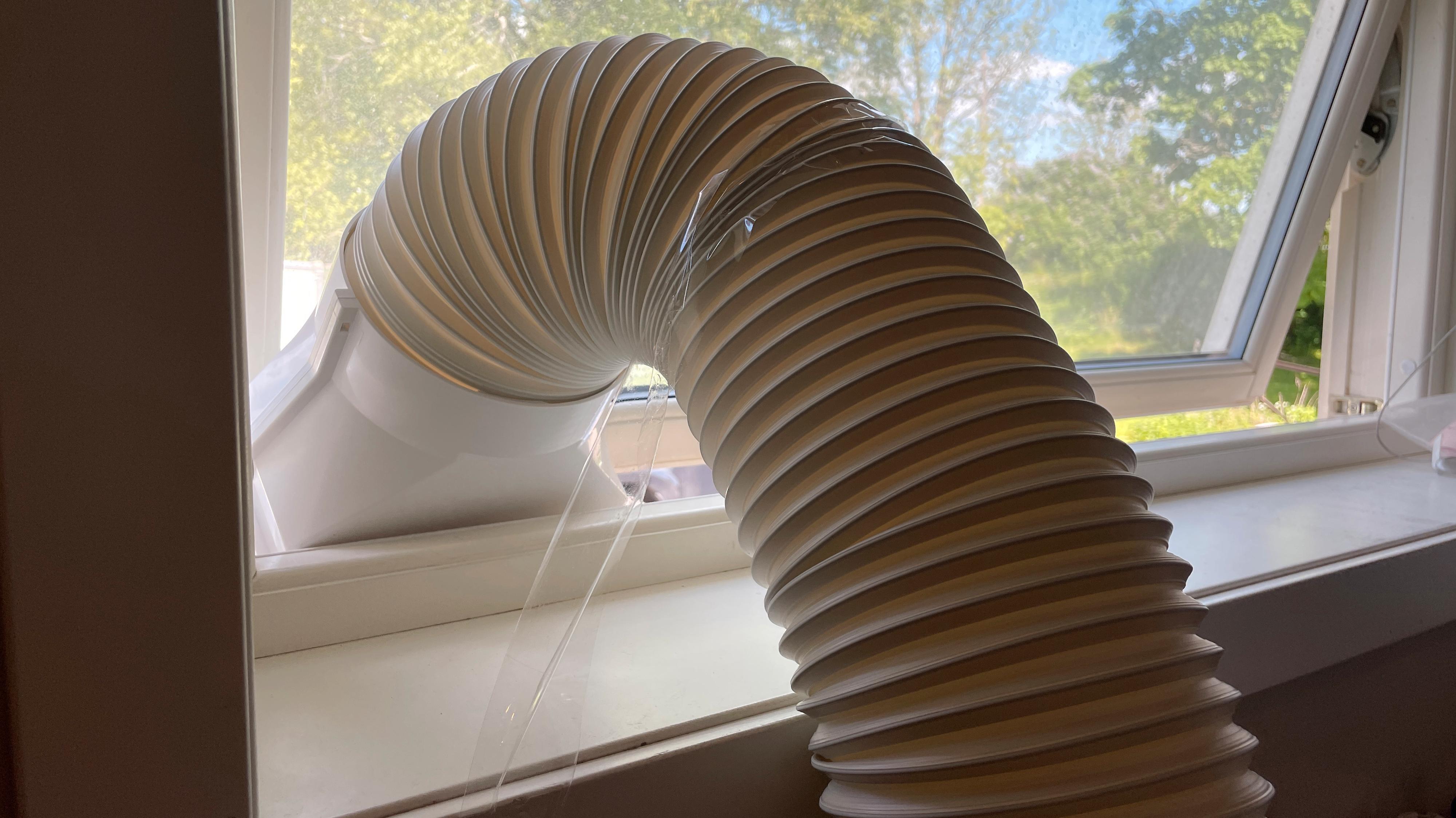 Både Electrolux og Wilfa leverer maskiner som kommer uten vindusmonteringssett. Du får en slange med en form for endestykke - og det er det hele. Vi endte med å måtte teipe slangen fast i vinduet - det er ikke akkurat gunstig. For disse maskinene trenger man egentlig et vindusmonteringssett i tillegg.