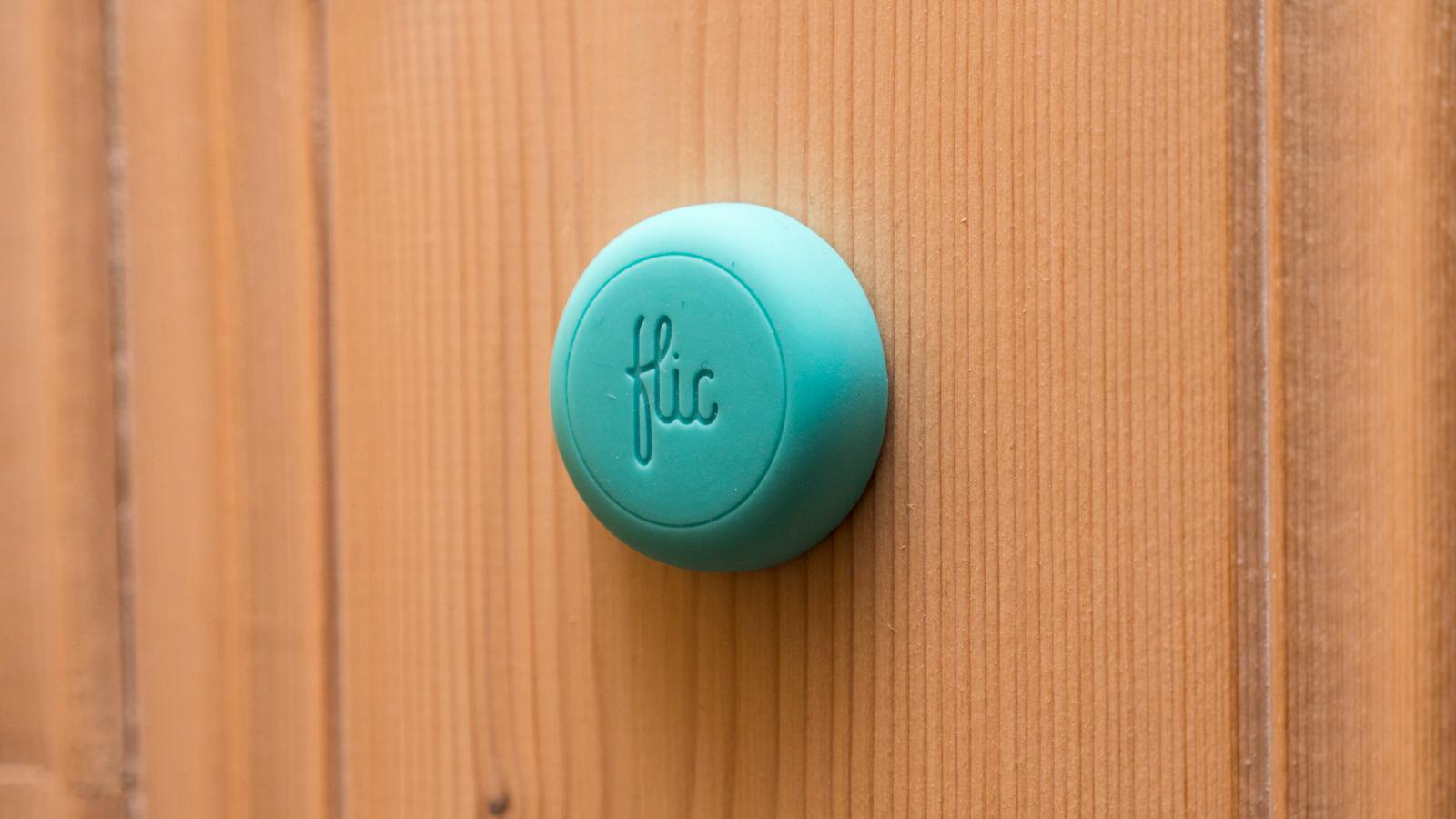 Limfilmen bak knappen gjør at vi enkelt kan henge Flic opp omtrent hvor som helst, og flytte den etter behov.