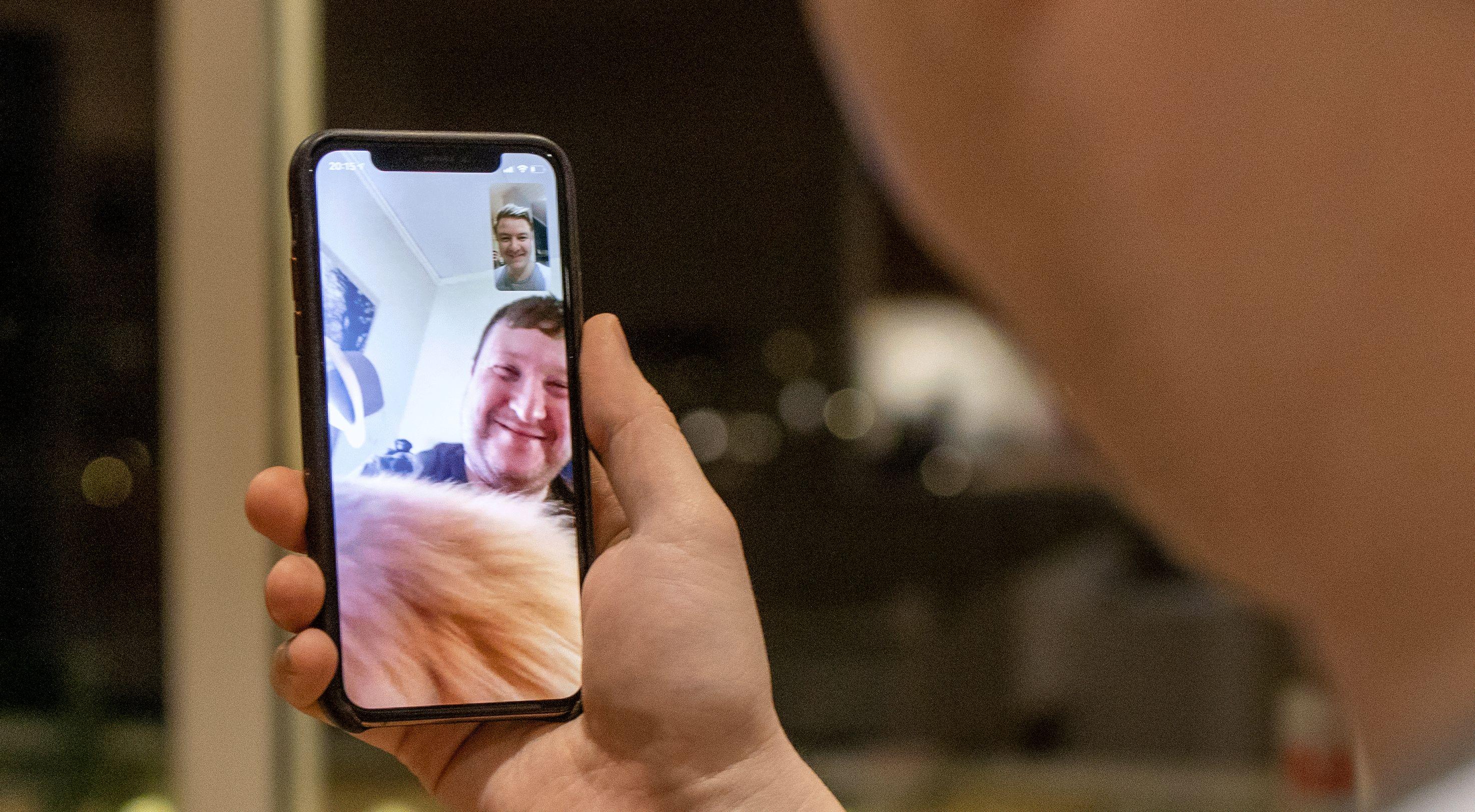 Det er lett å bruke mobilen til videosamtaler, og de fleste har en app som kan brukes til det installert allerede.