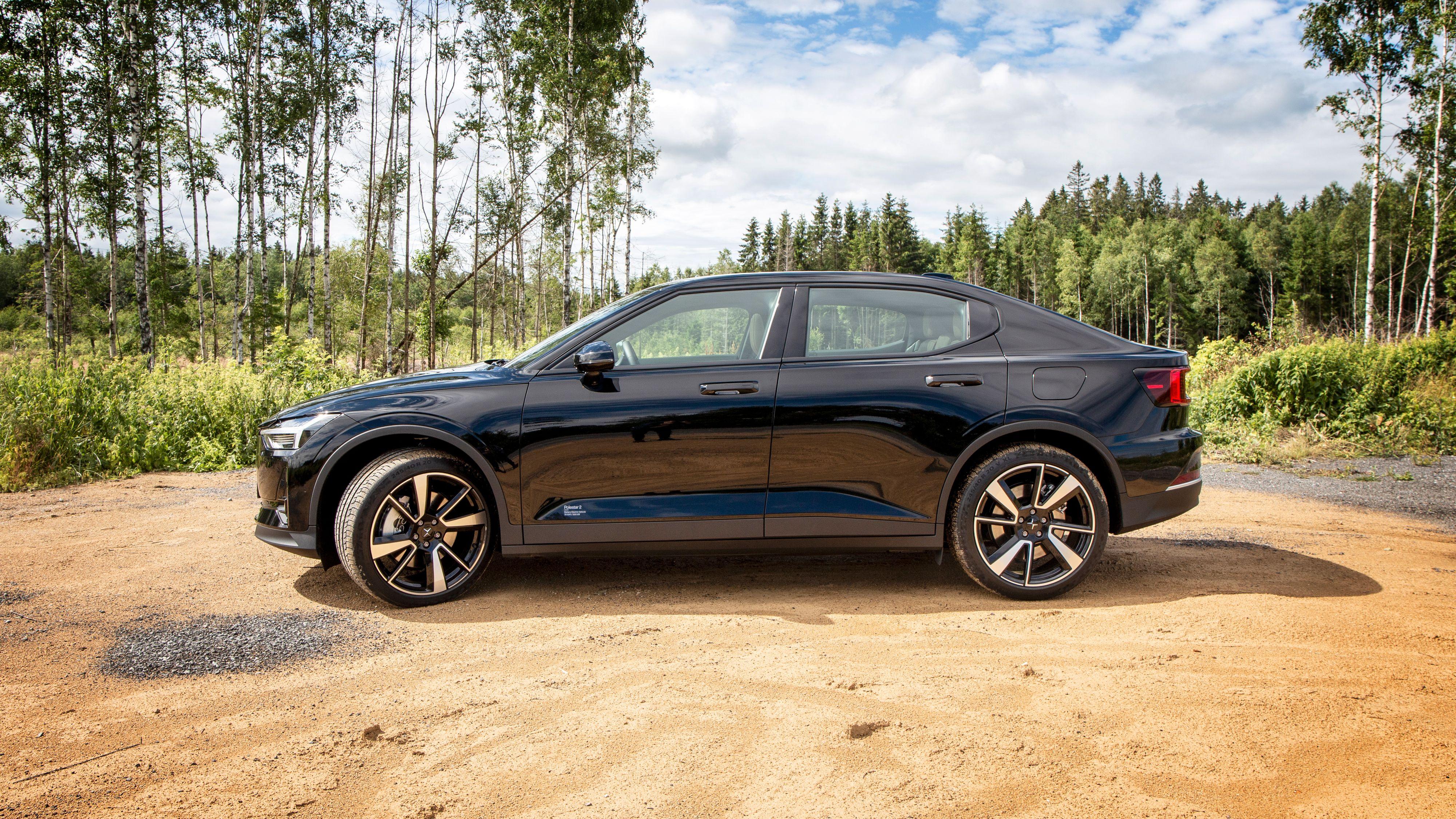 Polestar 2 er mindre høyreist enn Volvos kommende XC40 Pure Electric, men mindre «flat» enn Teslas Model 3. Polestar kaller modellen for en «fastback».