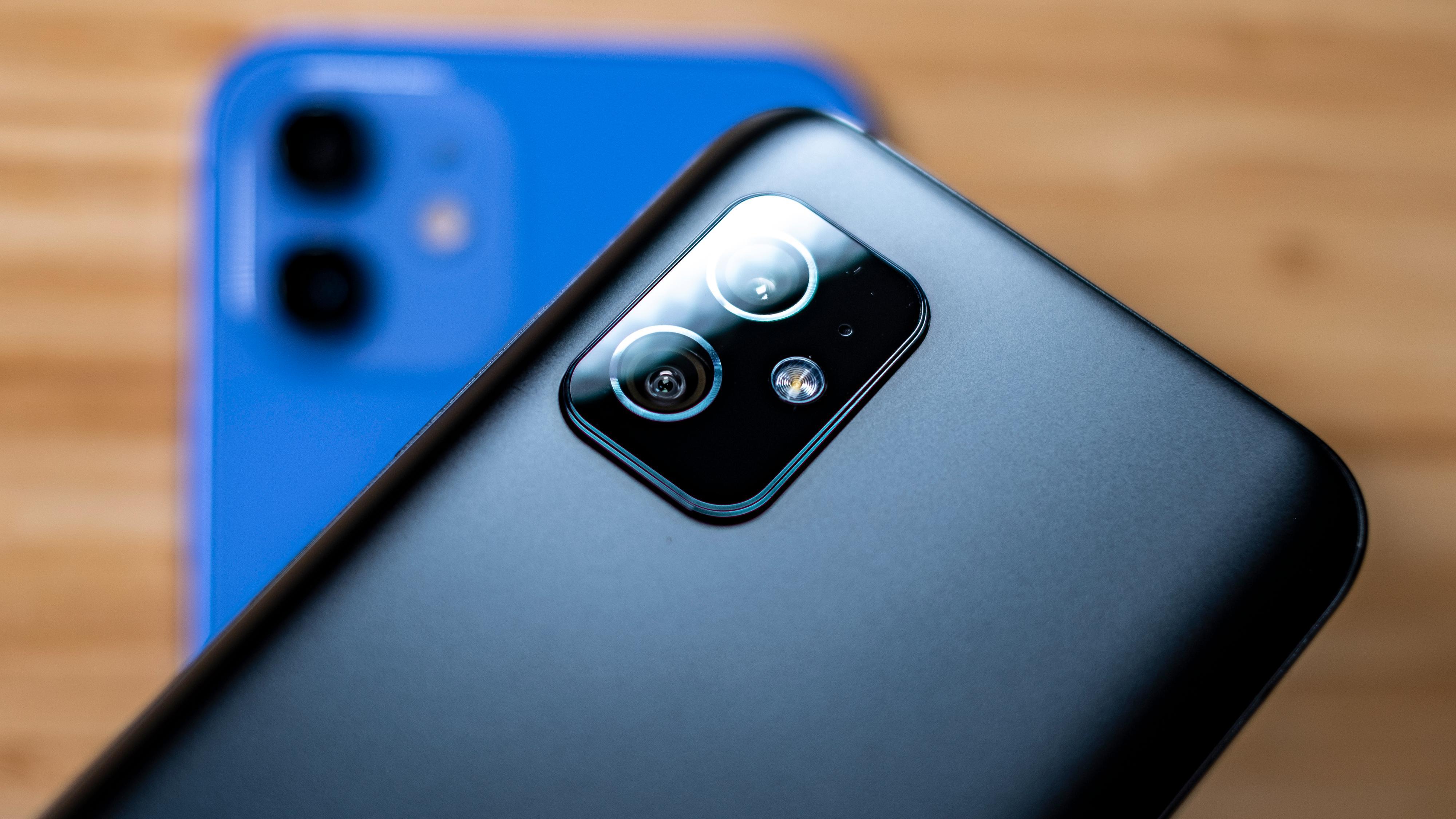 Kameramodulen på baksiden av Asusen er temmelig lik den Apple har i sin iPhone 12. Konstellasjonen vidvinkel og ultravidvinkel er samme «utvalg» som Apple har gjort, og trekantplasseringen med blits mellom de to øynene likner også veldig på det du finner i iPhone.