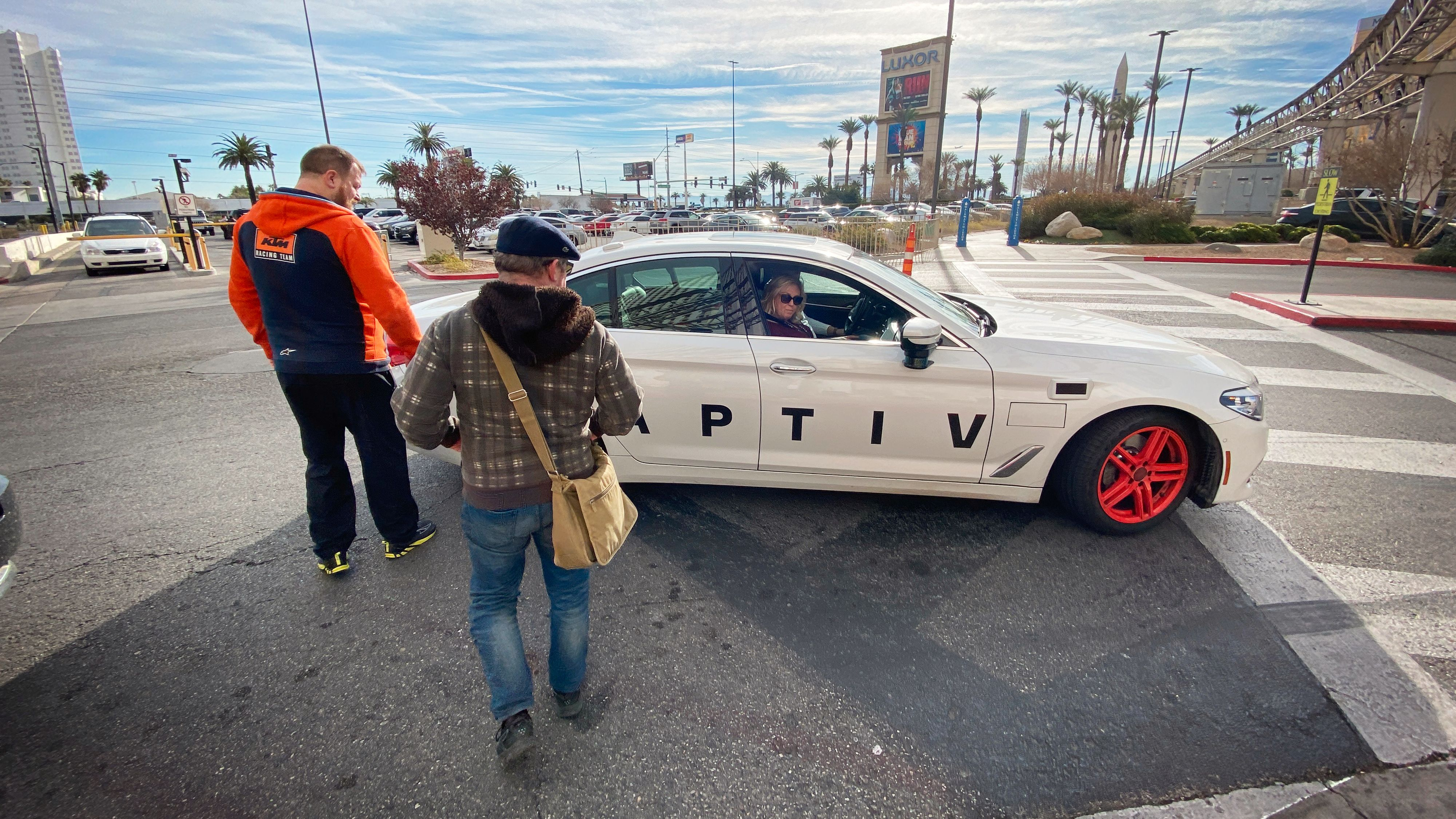 Bare et par minutter etter bestilling i Lyft-appen dukker den selvkjørende BMW-en opp. Det er såvidt plass til de tre utskremte fra Tek i baksetet.