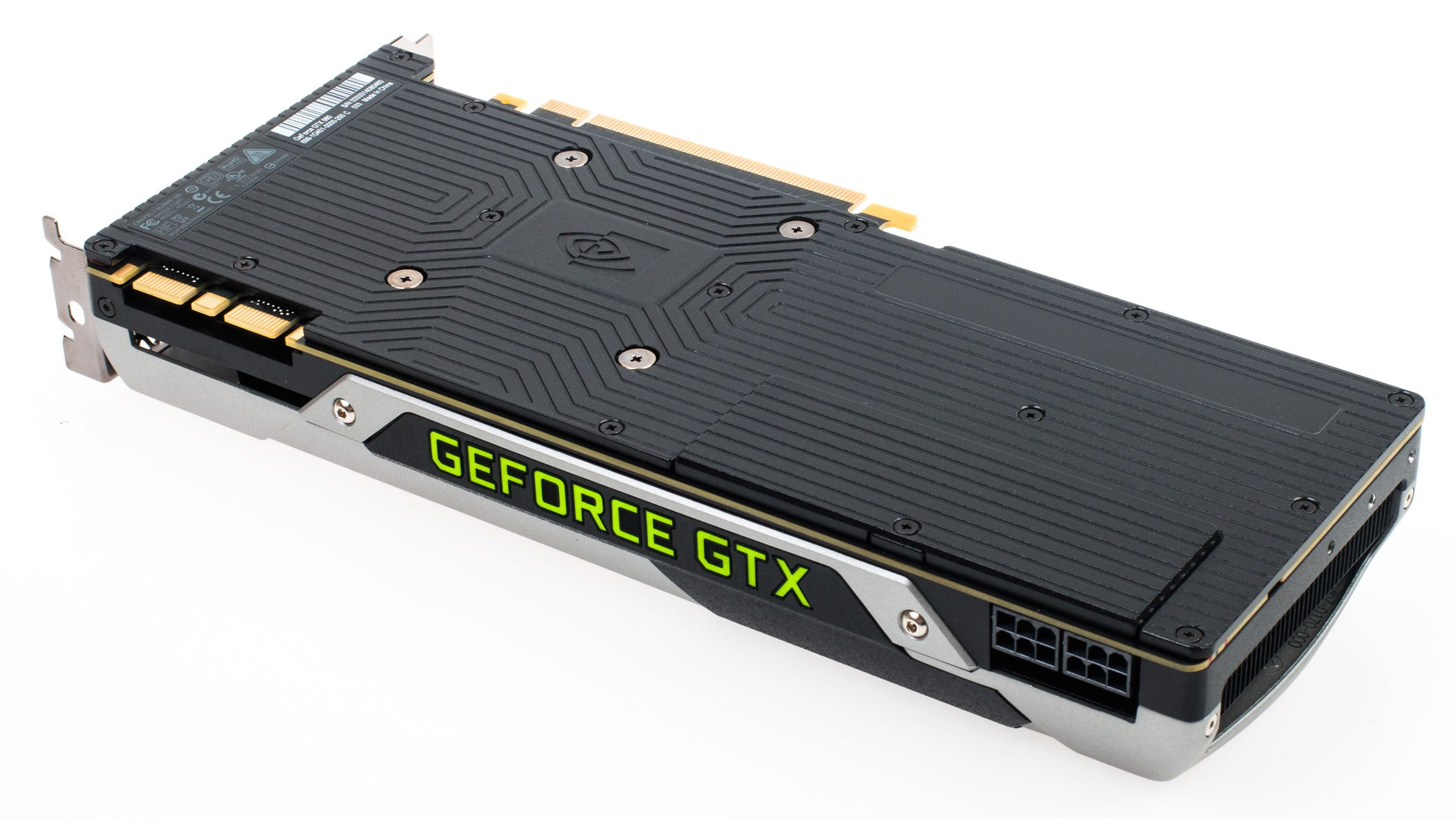 Nvidia GeForce GTX 980 har fått en sort bakplate, som kanskje kan hjelpe til med å lede unna litt varme. Den lille luken ved strømkontaktene er ment å kunne fjernes dersom man kjører flere slike kort i SLI for å forbedre luftgjennomstrømmingen.Foto: Varg Aamo, Tek.no