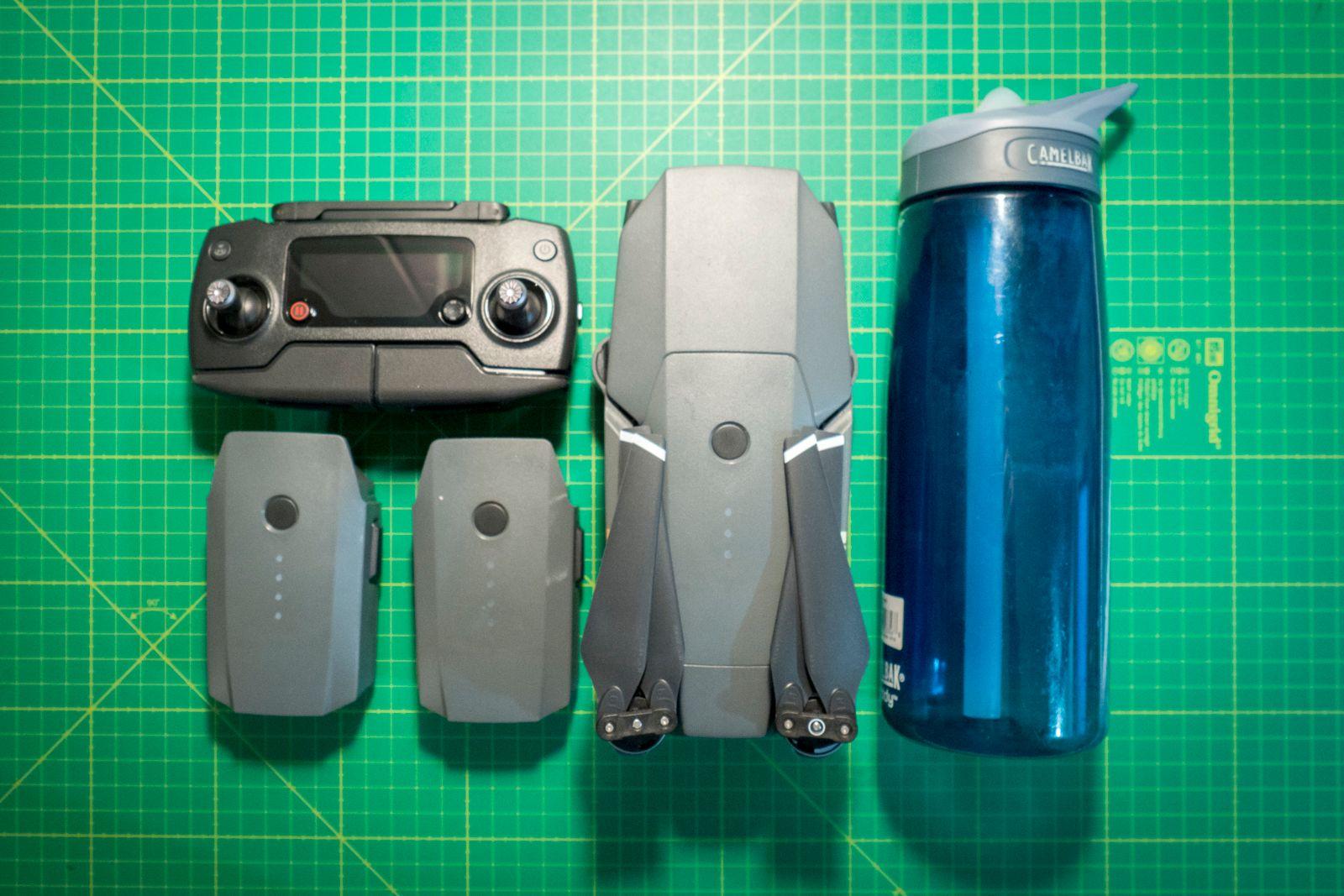 Vi har testet «Fly More»-komboen som inkluderer dronen, kontrolleren, to ekstra batterier, en bæreveske en ladehub for å lade opp til fire batterier, billader, ett ekstra propellsett og et «powerbank adapter» som lar oss bruke Mavic-batteriene til å lade ting via USB, som for eksempel smarttelefonen eller kontrolleren.