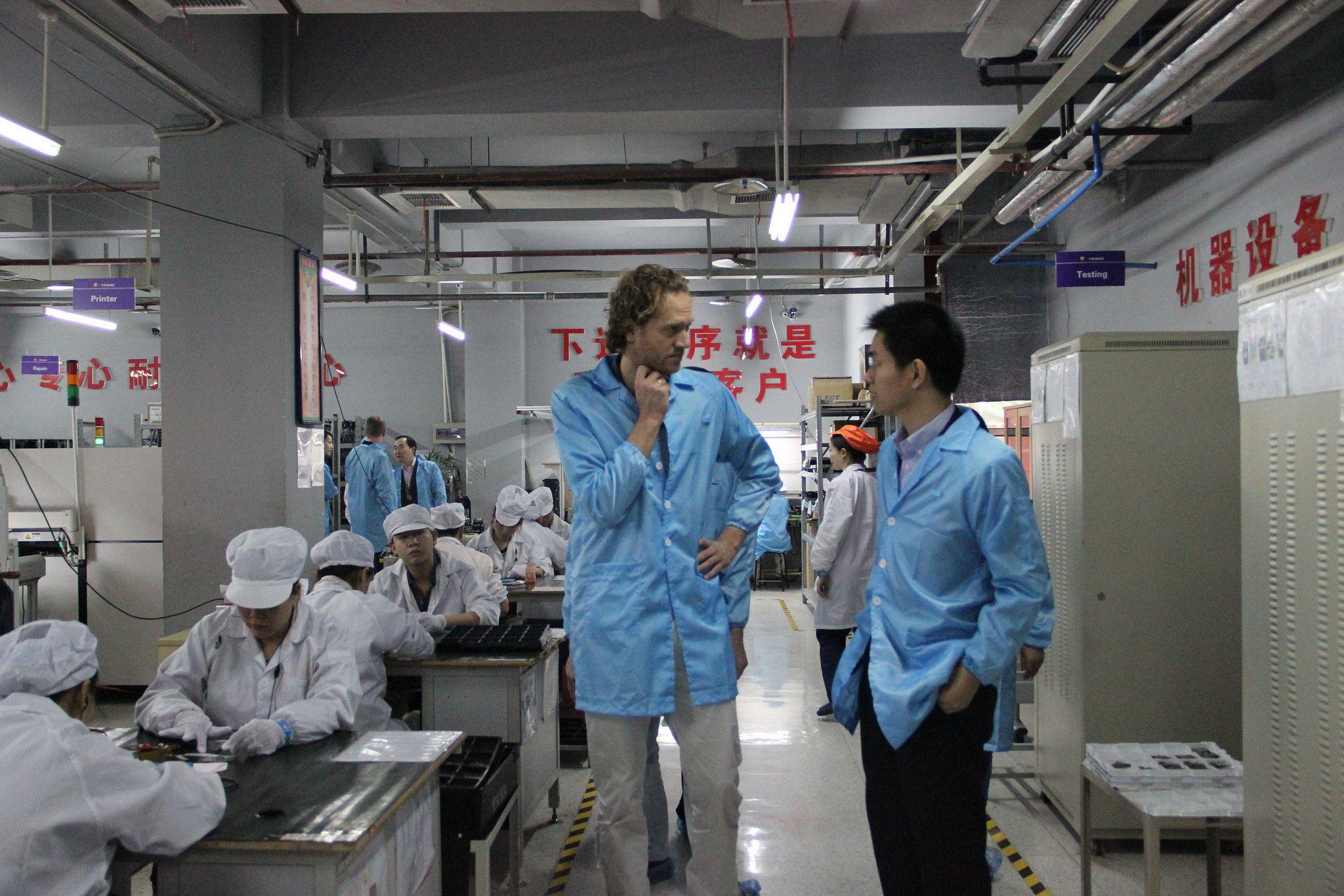 Fairphone besøkte fabrikker i Kina for å finne produsenter som tilfredsstilte kravene deres. De endte opp med å velge A'Hong, en produsent med fabrikker i Shenzhen og Chongquing.Foto: Fairphone