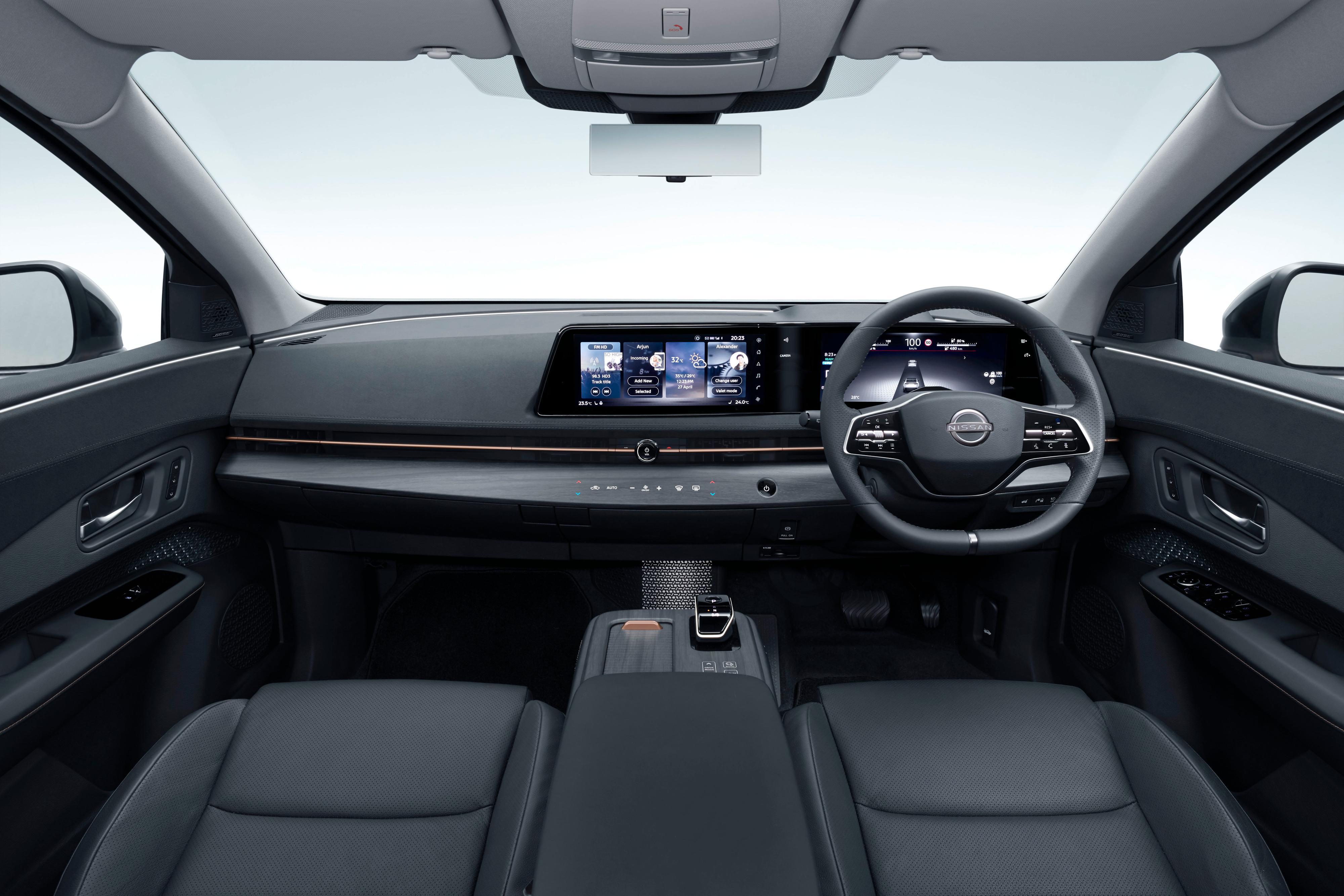 Skjermene i førermiljøet vil være standard i alle versjoner av bilen, sier Nissan. «Haptiske» knapper for mye brukte funksjoner ligger under infotainmentskjermen.