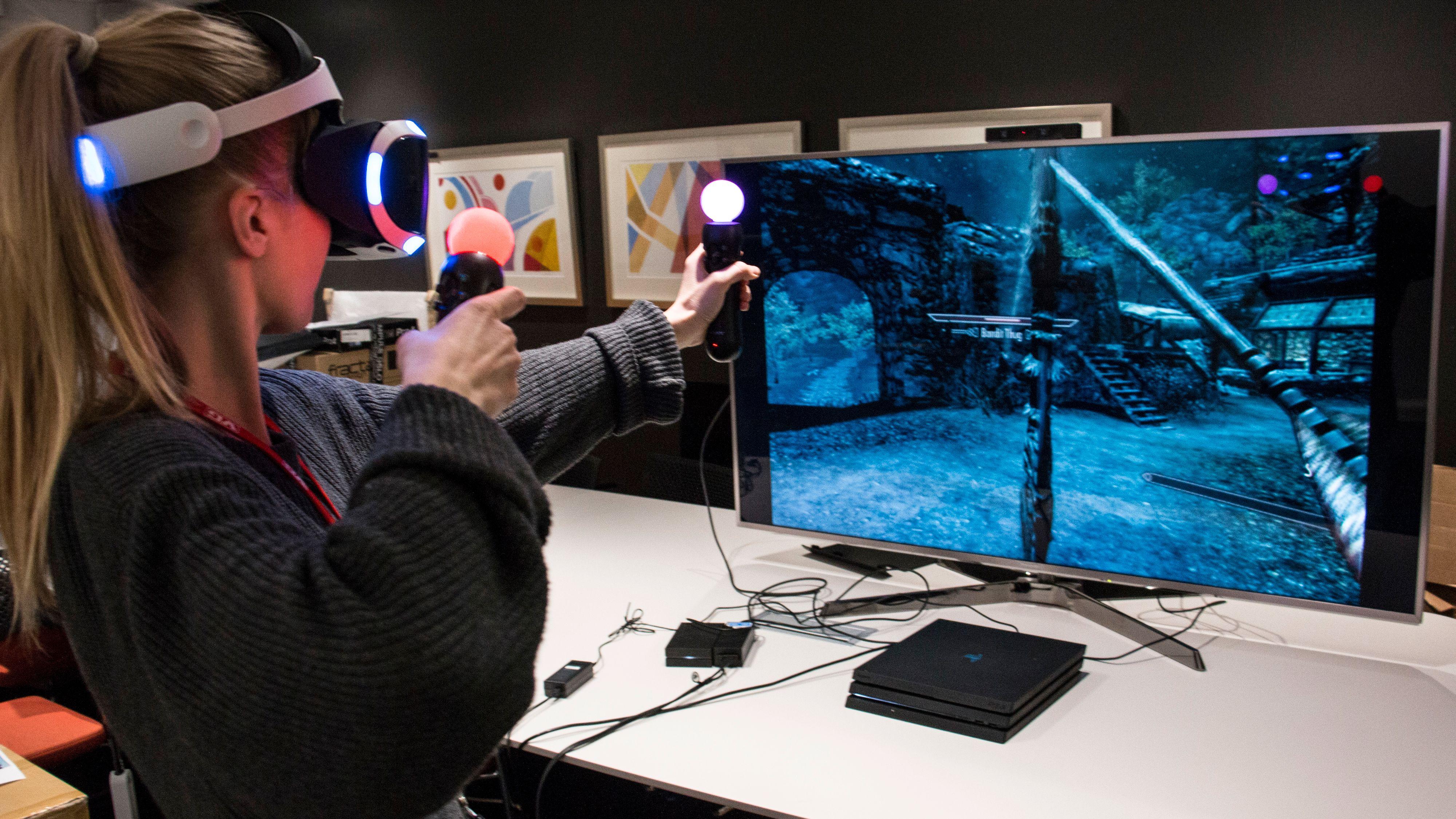 Pil og bue og magi er de mest givende kampmetodene i Skyrim VR. Nærkamp føles unaturlig, siden du ikke har noen form for feedback i slagene eller sverdstøtene. Bilde: Stein Jarle Olsen, Tek.no