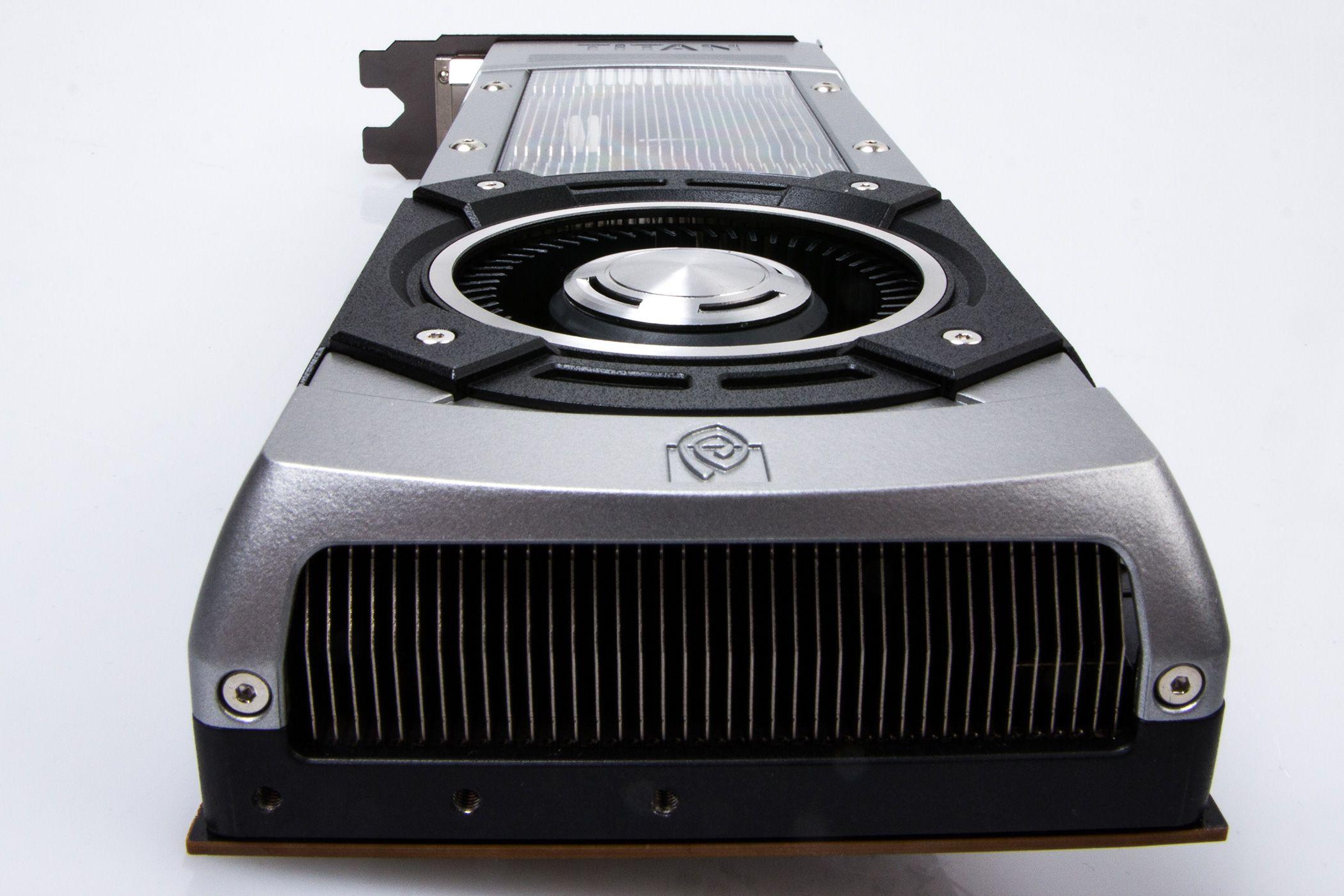 Utvendig er GTX Titan bygd i aluminium og magnesiumslegering, med et polykarbonatvindu ned mot kjølefinnene.Foto: Varg Aamo, hardware.no