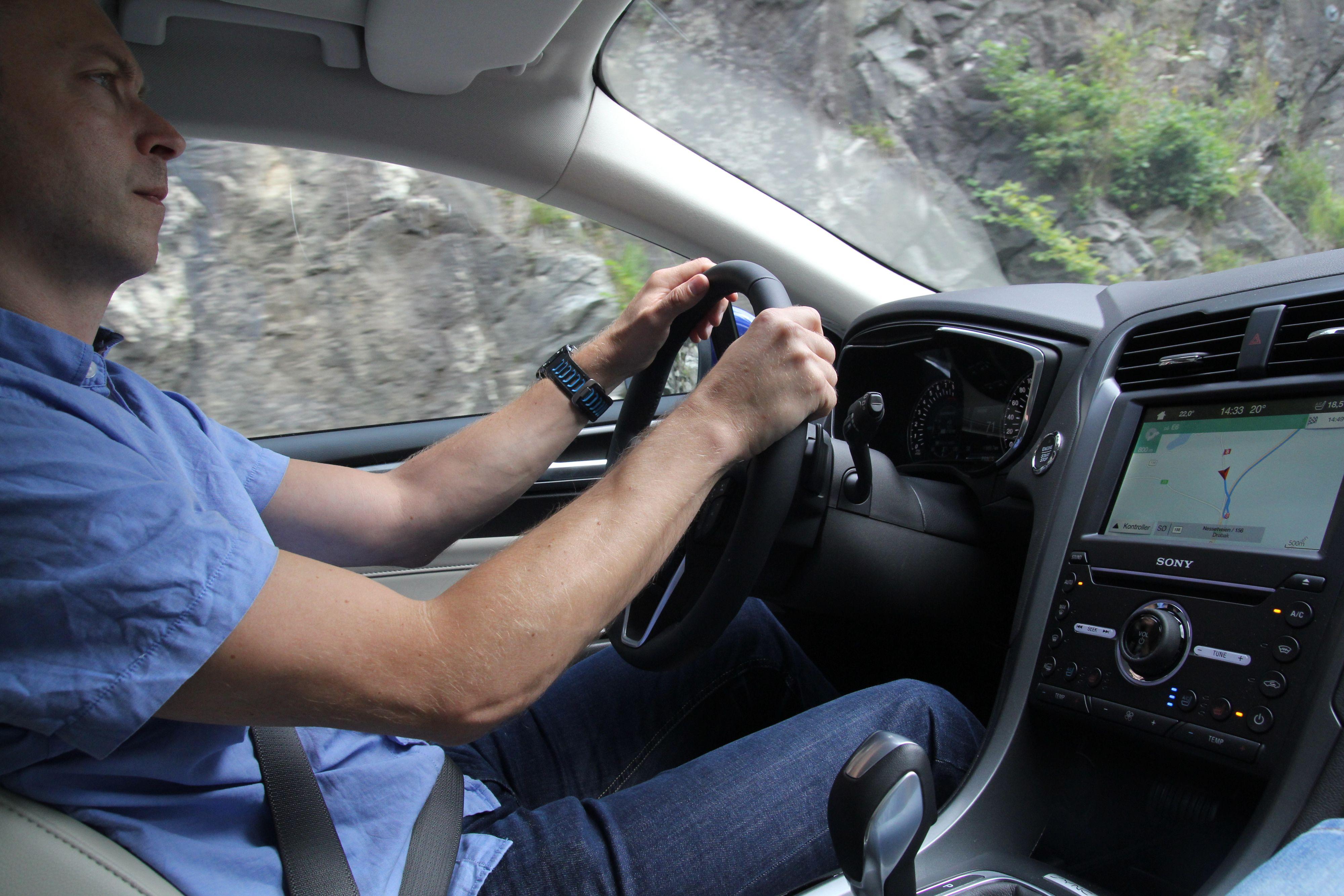 Kurt Lekanger, testsjef hos Tek.no, koser seg bak spakene. Verd å nevne er at kjøretøyet er utstyrt med «anti klam-i-kløfta»-vifter i begge forsetene, samt rygg- og rumpemassasje som betjenes via Sync-skjermen .