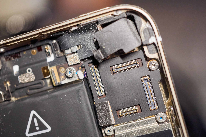 Skjermkontaktene til iPhone 5S.