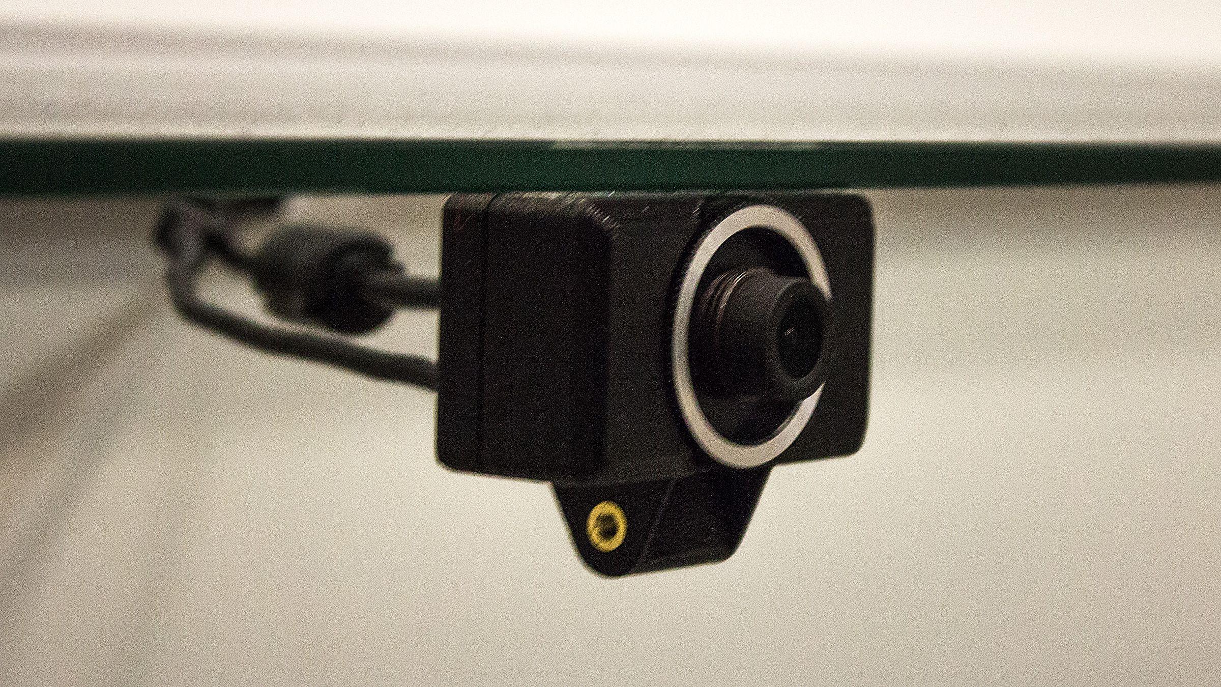 Med et slikt lite kamera skal de nye brillene også la deg bevege hodet sidelengs, opp og ned, og frem og tilbake inne i den virtuelle verdenen.Foto: Varg Aamo, Hardware.no
