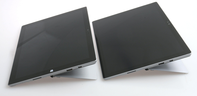 Surface Pro 4s støttebein eller kickstand er identisk med forgjengerens. Pro 4 til høyre, vi merker oss at «windowstast»-merket er fjernet. Foto: Vegar Jansen, Tek.no