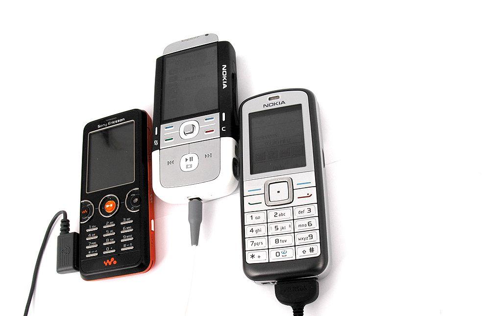 Tre telefoner med innebygget radio.