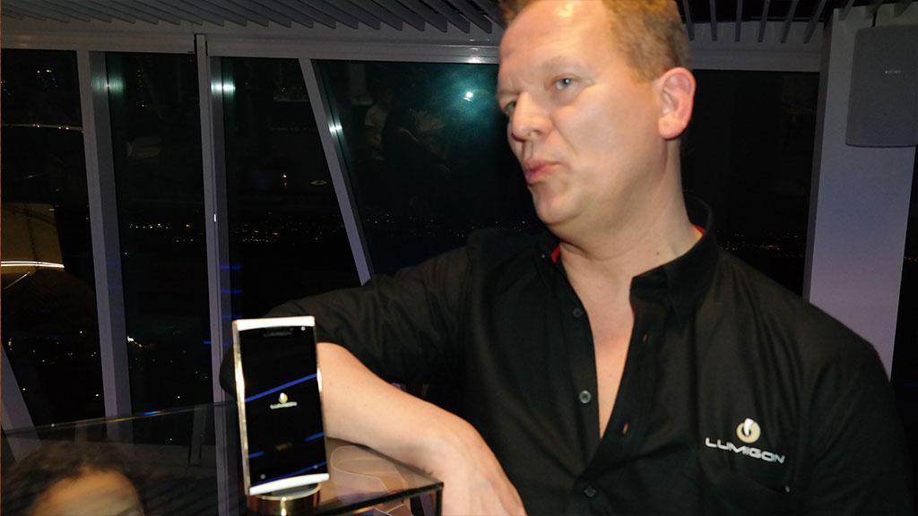 Lumigonsjef Lars Gravesen med T2 HD i gull. Denne versjonen er primært ment for rike asiater.Foto: Espen Irwing Swang, Amobil.no