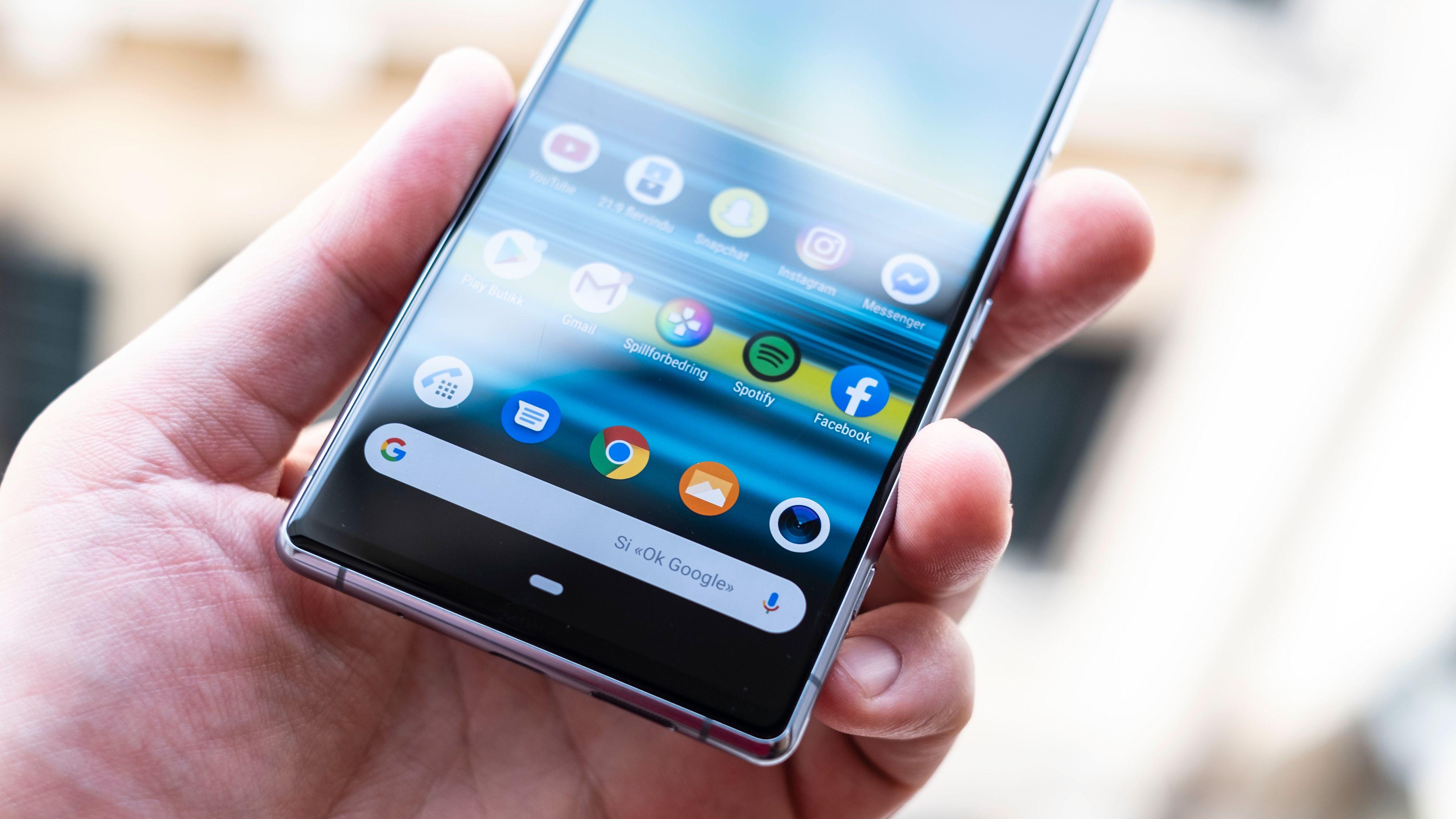 Xperia 1 har stereohøyttalere, men det meste av lyden kommer fra bunnen av telefonen. Det låter kvalitetsmessig greit, men både Samsung og Apple gir antydninger til bass i lyden sin. Det gjør ikke Sony.