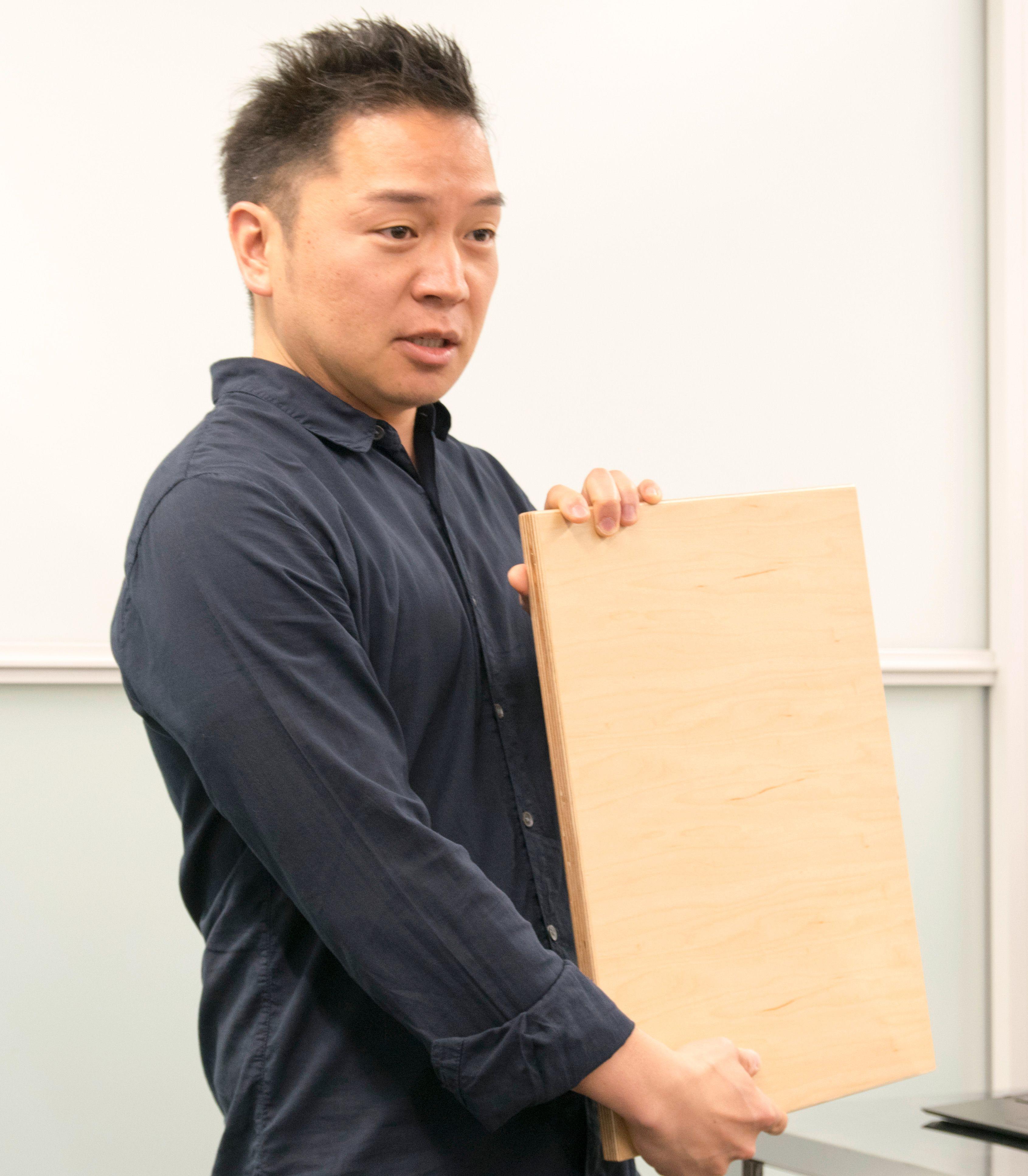 Jun Makino har en svært lang og vanskelig oversettelig tittel, «senior manager of product experience marketing». Humor trenger imidlertid ikke å bli tapt i oversettelsen. Slik introduserte han spøkefullt Sonys nye selfiekjempe.