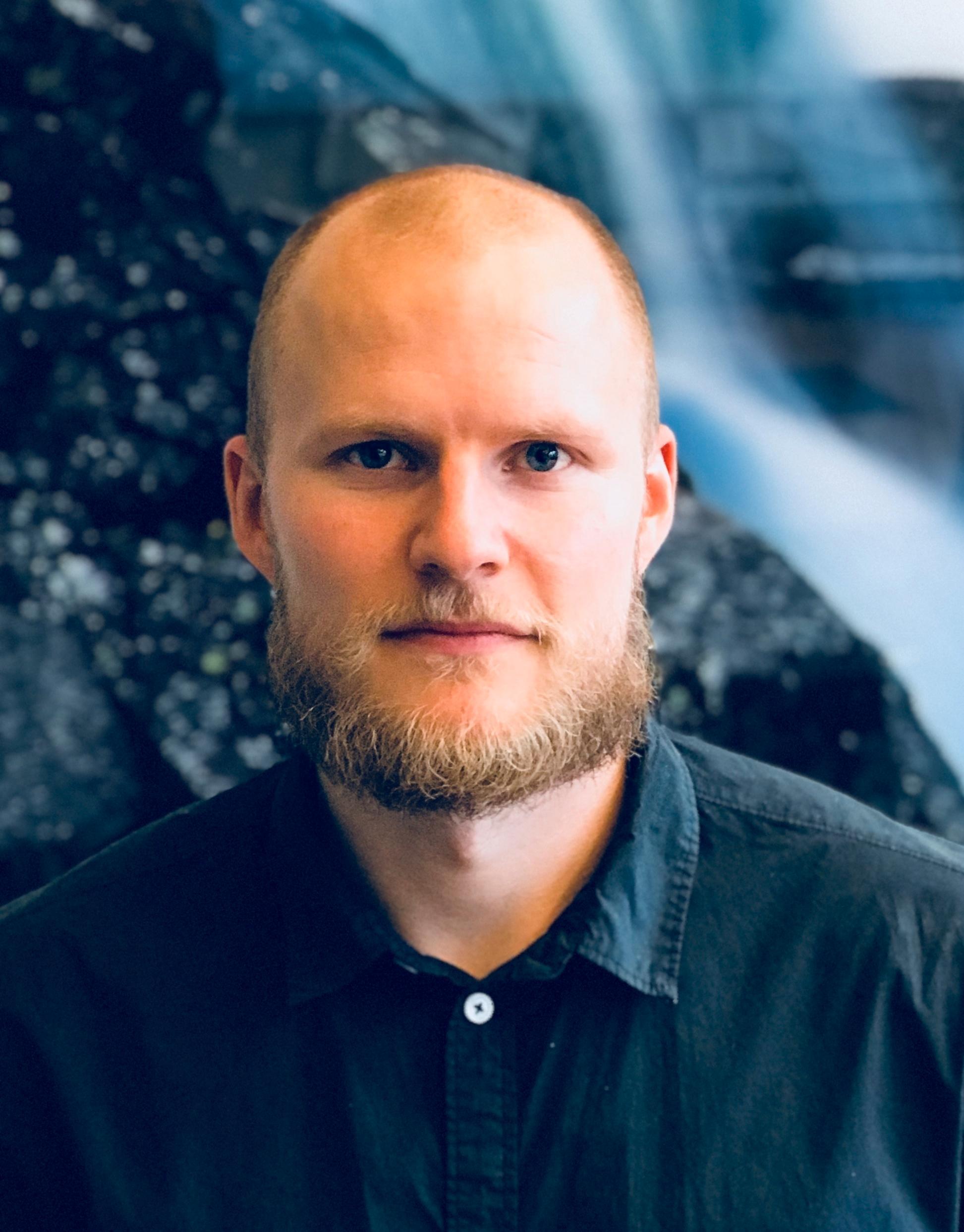 Rådgiver Stian Skaalbones i NVE sier de jobber med å vurdere om elbilladere skal unntas fra krav om omsetningskonsesjon for strøm.