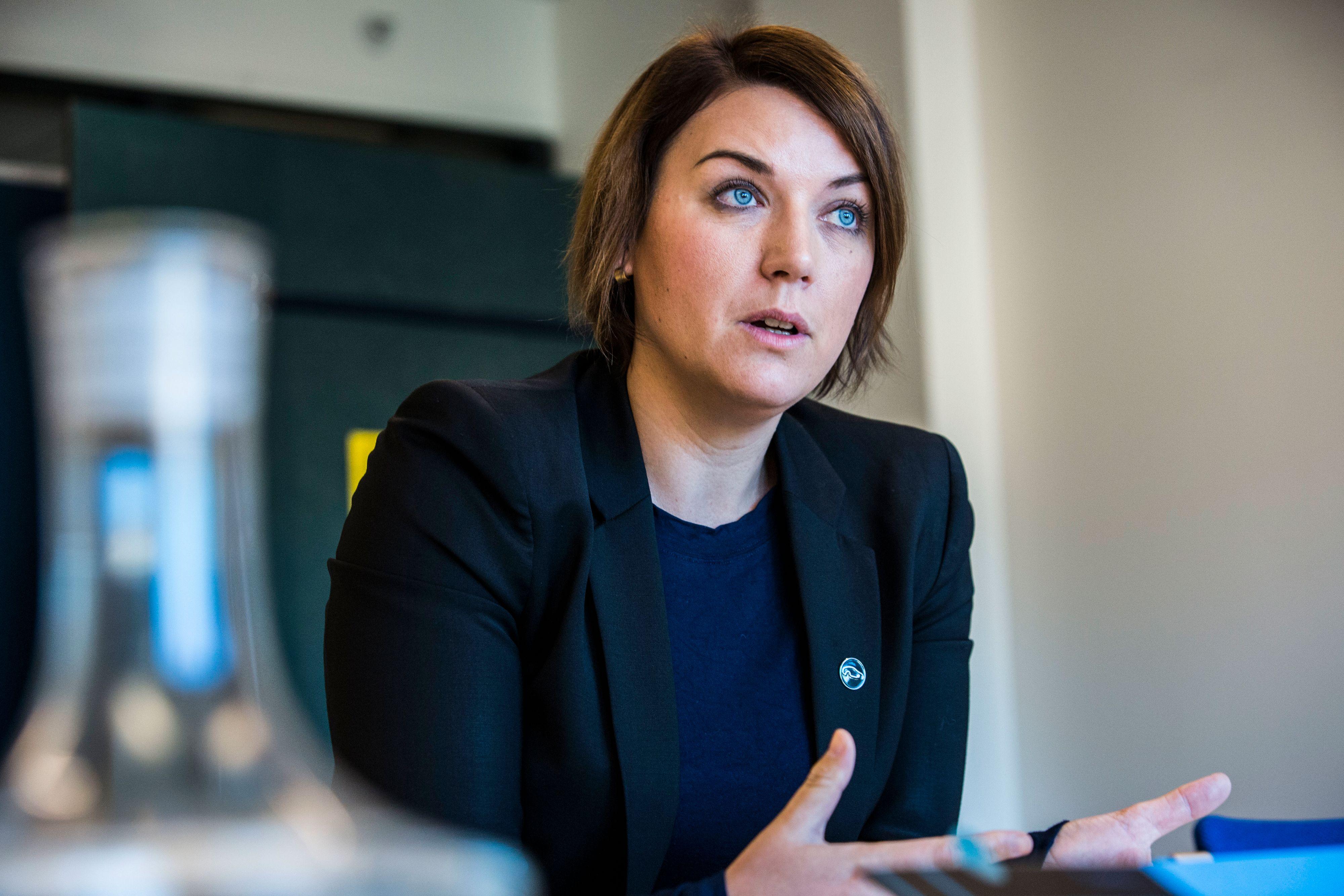 Christina Bu i Norsk elbilforening sier det bygges for få hurtigladere og at hurtigladerne har for mange feil og for mye nedetid.