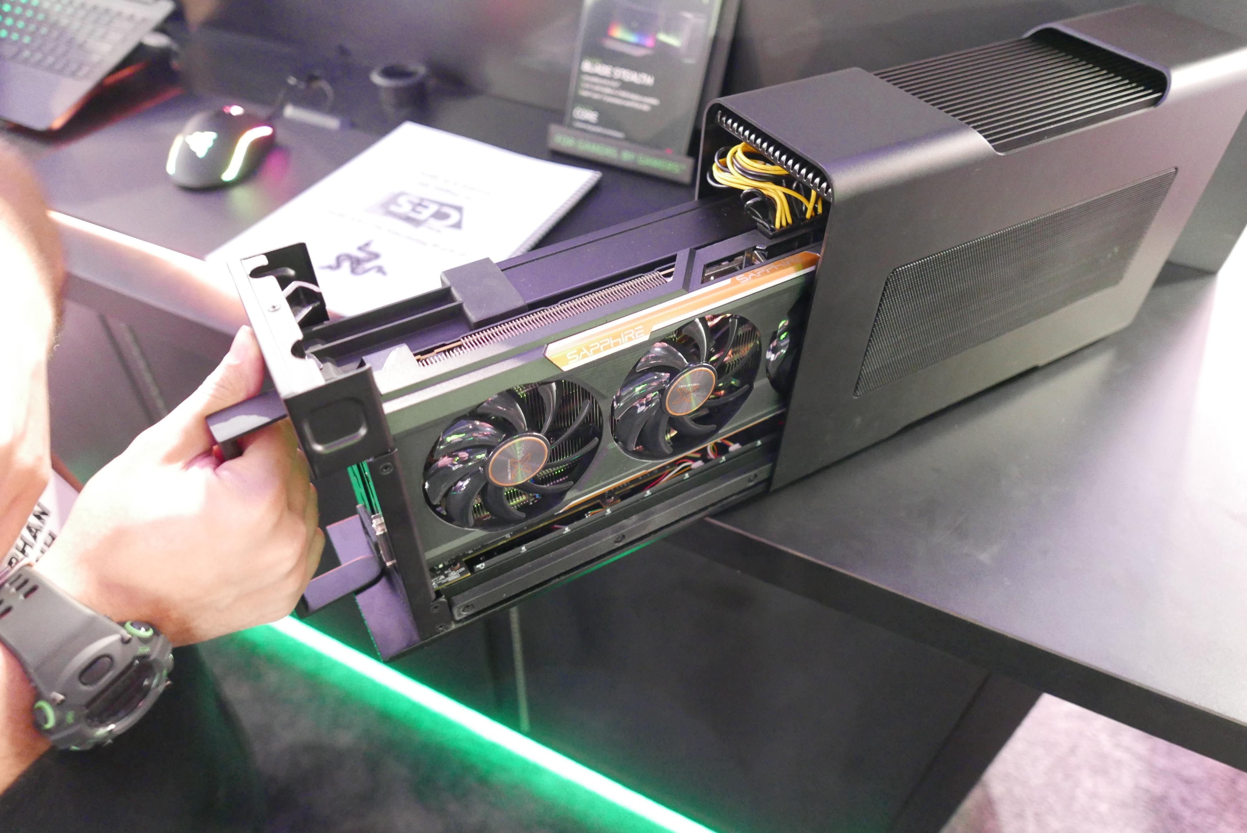 Skjermkortet og strømforsyningen sitter som et stykke inne i den eksterne boksen.