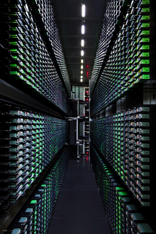 For å ta backup av alt Google har, bruker de automatiserte tape-lagre. En robot som bytter kasetter kan skimtes i enden.Foto: Google/Connie Zhou