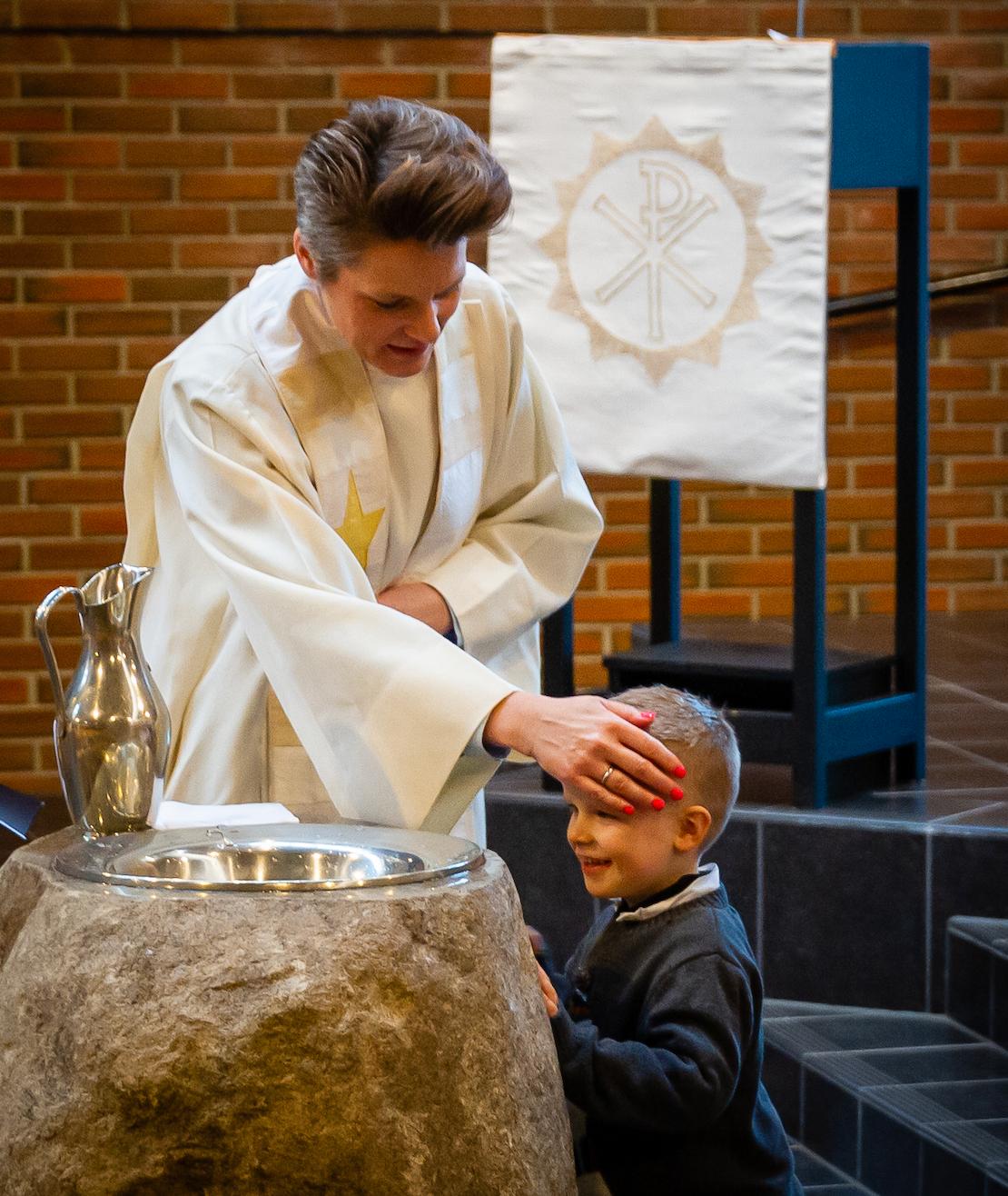 BURSDAGSGUTT: Noa fylte fire år på dåpsdagen og får her velsignelsen av Cecilie Bakkene Pedersen.