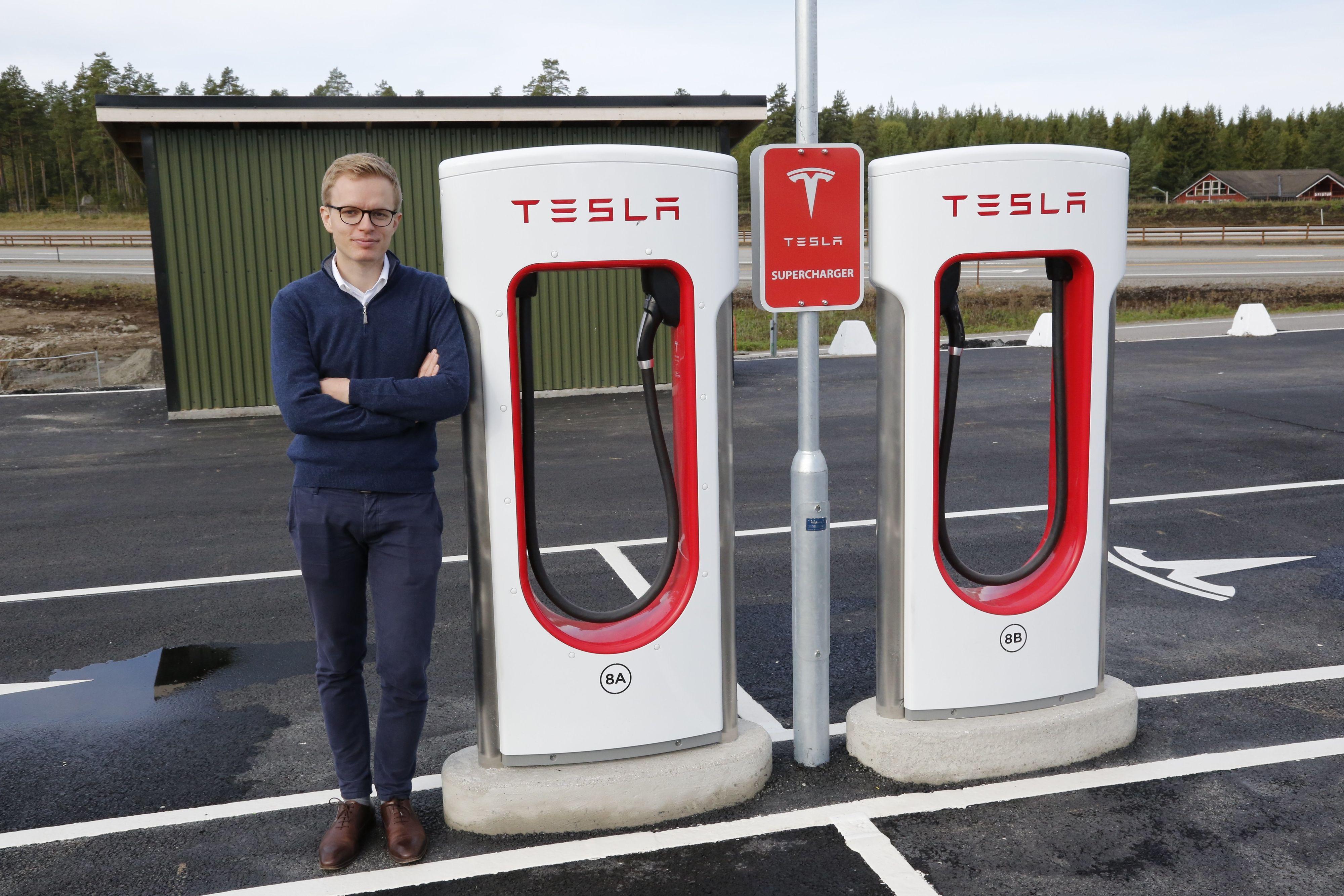 Teslas Even Sandvold Roland sier Tesla jobber med å forbedre seg.