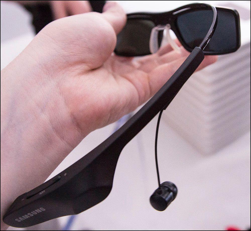 På høyre bøyle, akkurat over øret, kan du justere lydvnivået.Foto: Niklas Plikk, hardware.no