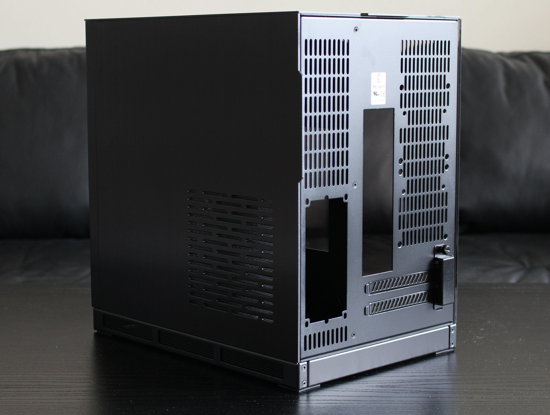 Bak aluminiumsdøra vil det etter hvert skjule seg en SFX-strømforsyning, disker og tilhørende kabler. Strømforsyningen trekker inn luft gjennom glipene i døra.