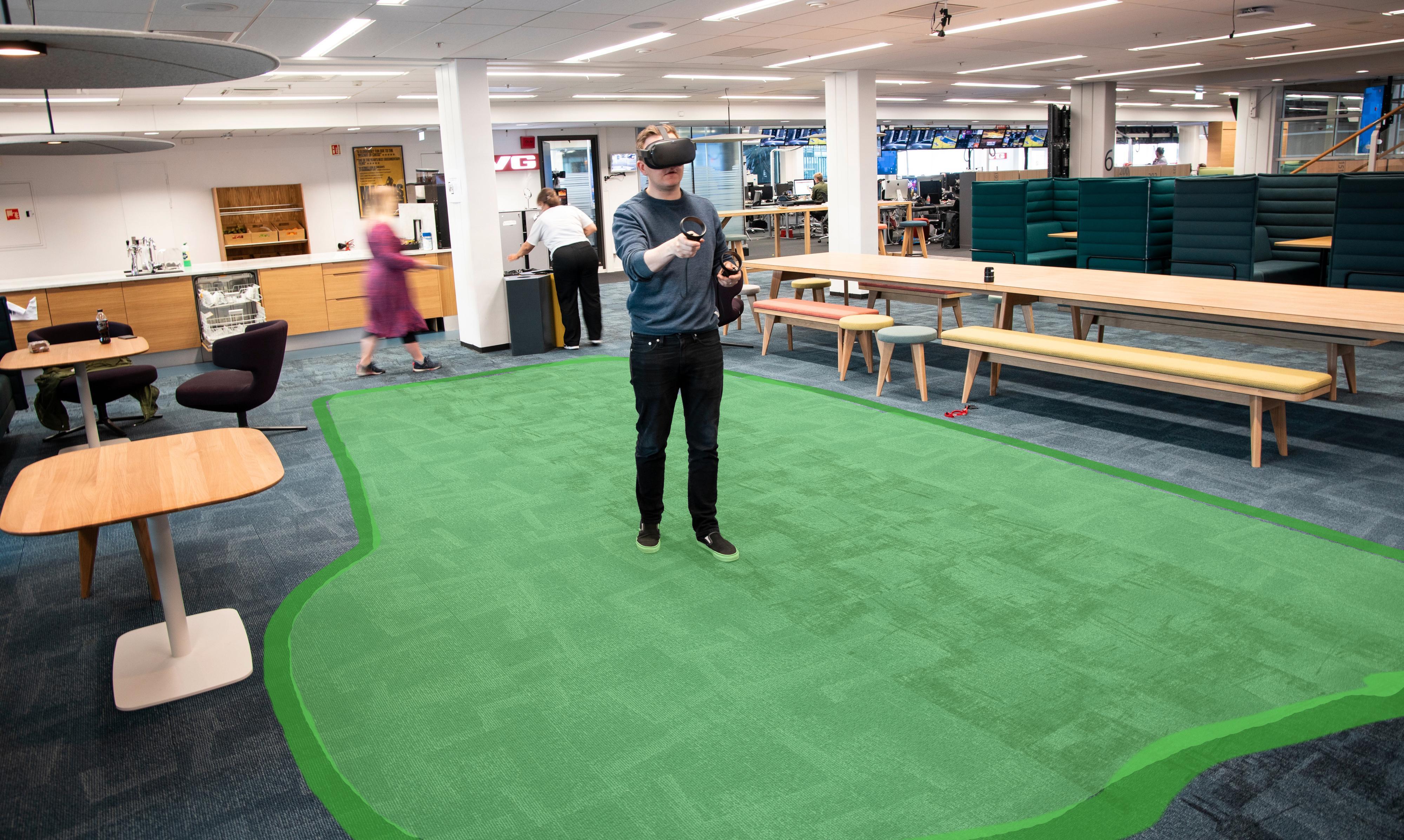 Vi resirkulerer like godt dette illustrative bildet fra testen av den første Oculus Rift. Du bruker håndkontrollerne til å merke av et område på gulvet rundt deg, og så er det området du kan bevege deg rundt i i spillet. Så fort du kommer i nærheten av kantene vil et slags virtuelt gitter dukke opp foran deg og si fra om at du bør trekke deg unna.