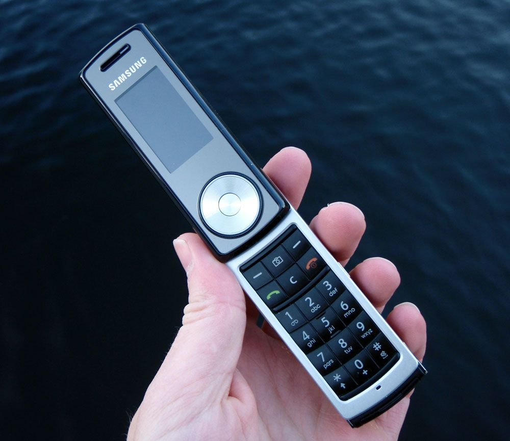 Samsung F210 er lang og smal.