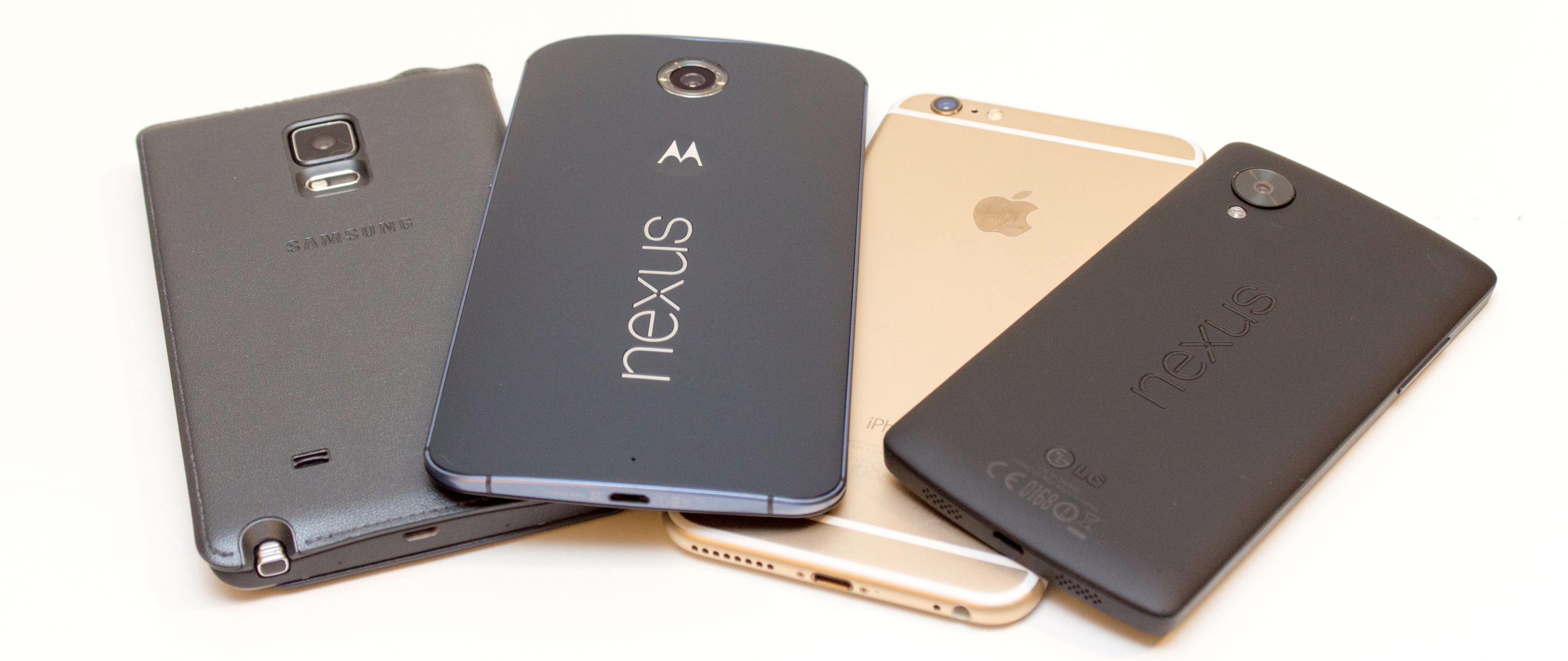 Nye Nexus 6 er ingen småtass. Her sammen med Samsung Galaxy Note Edge, Apple iPhone 6 Plus og LG Nexus 5. Foto: Kurt Lekanger, Tek.no