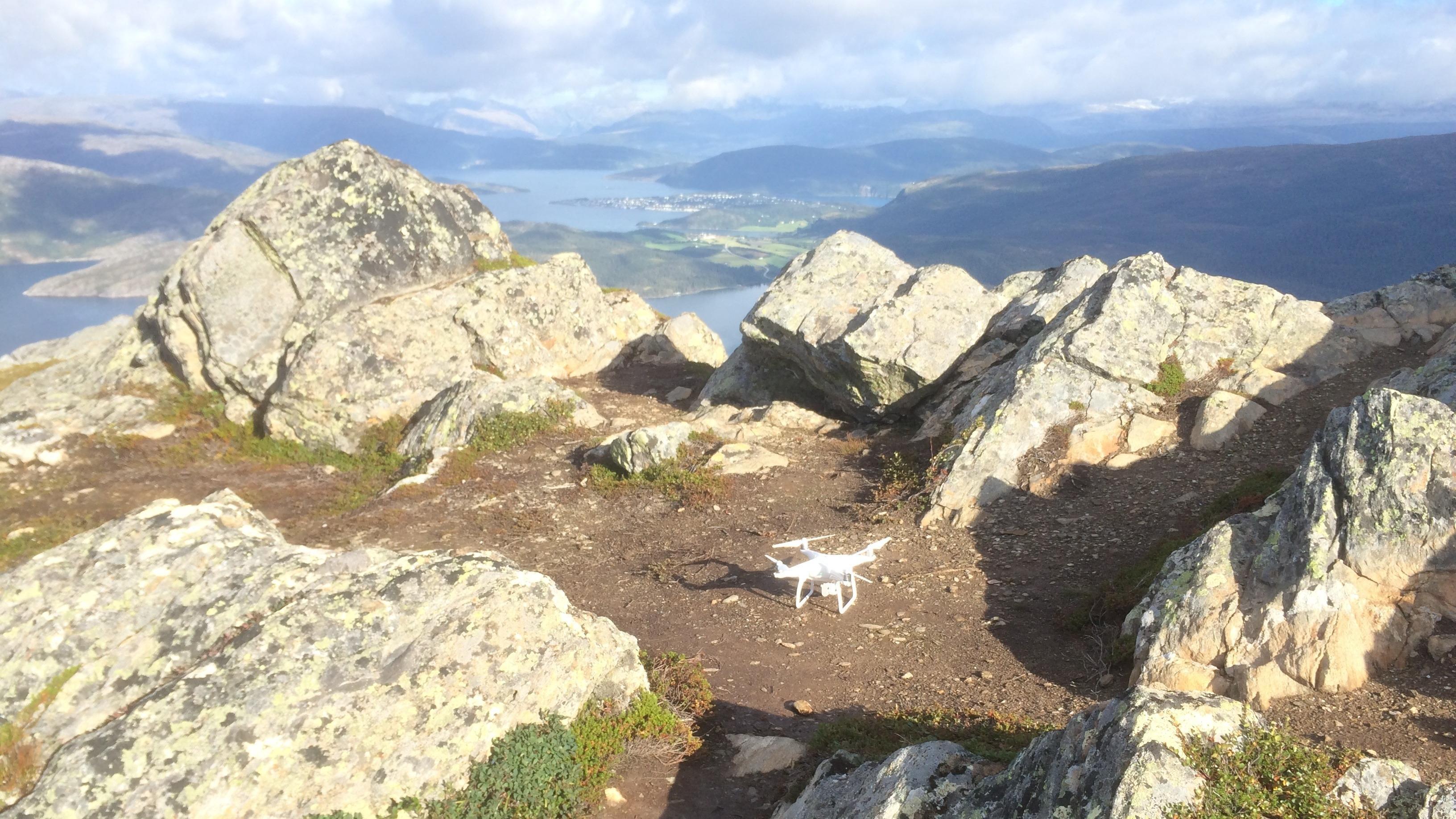 Her ble vi passelig stressa når dronen startet autolanding på grunn av lite batteri, i lav høyde over steinene rundt.