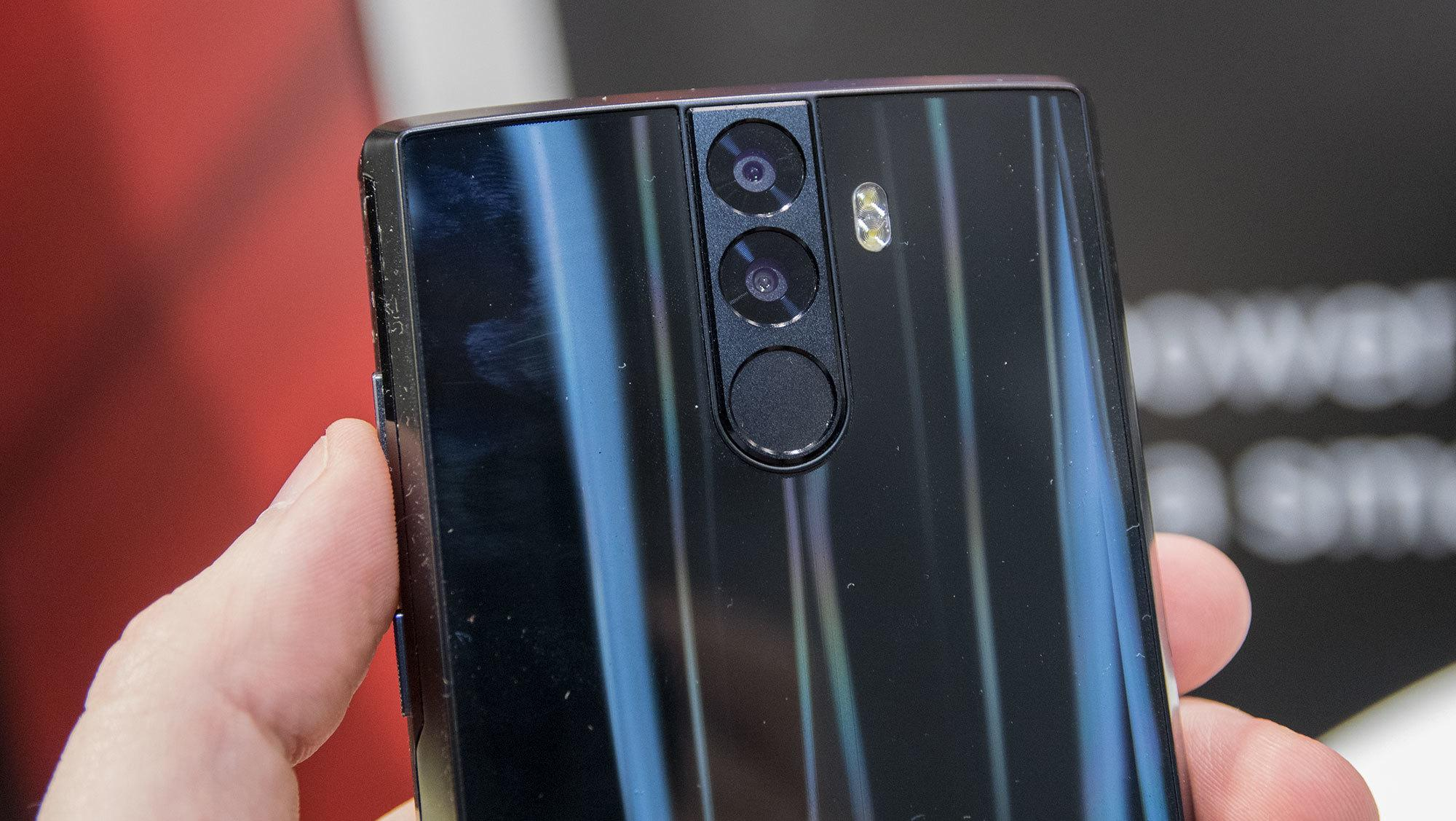 Både foran og bak er mobilen utstyrt med to kameraer. Nøyaktig hvordan det fungerer i praksis kunne vi ikke teste, da mobilen bare var en utstillingsmodell.