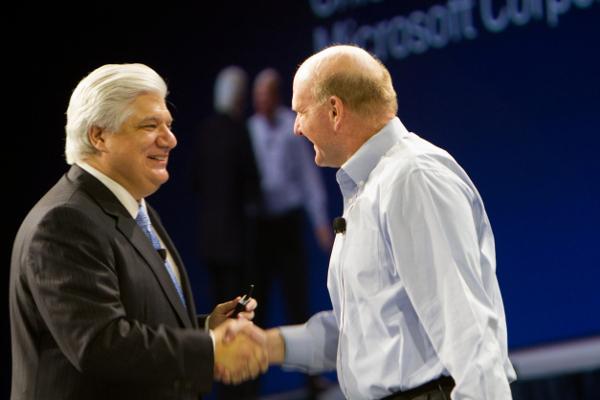 Mike Lazaridis (til venstre) med Steve Ballmer fra Microsoft (til høyre).Foto: blogs.blackberry.com